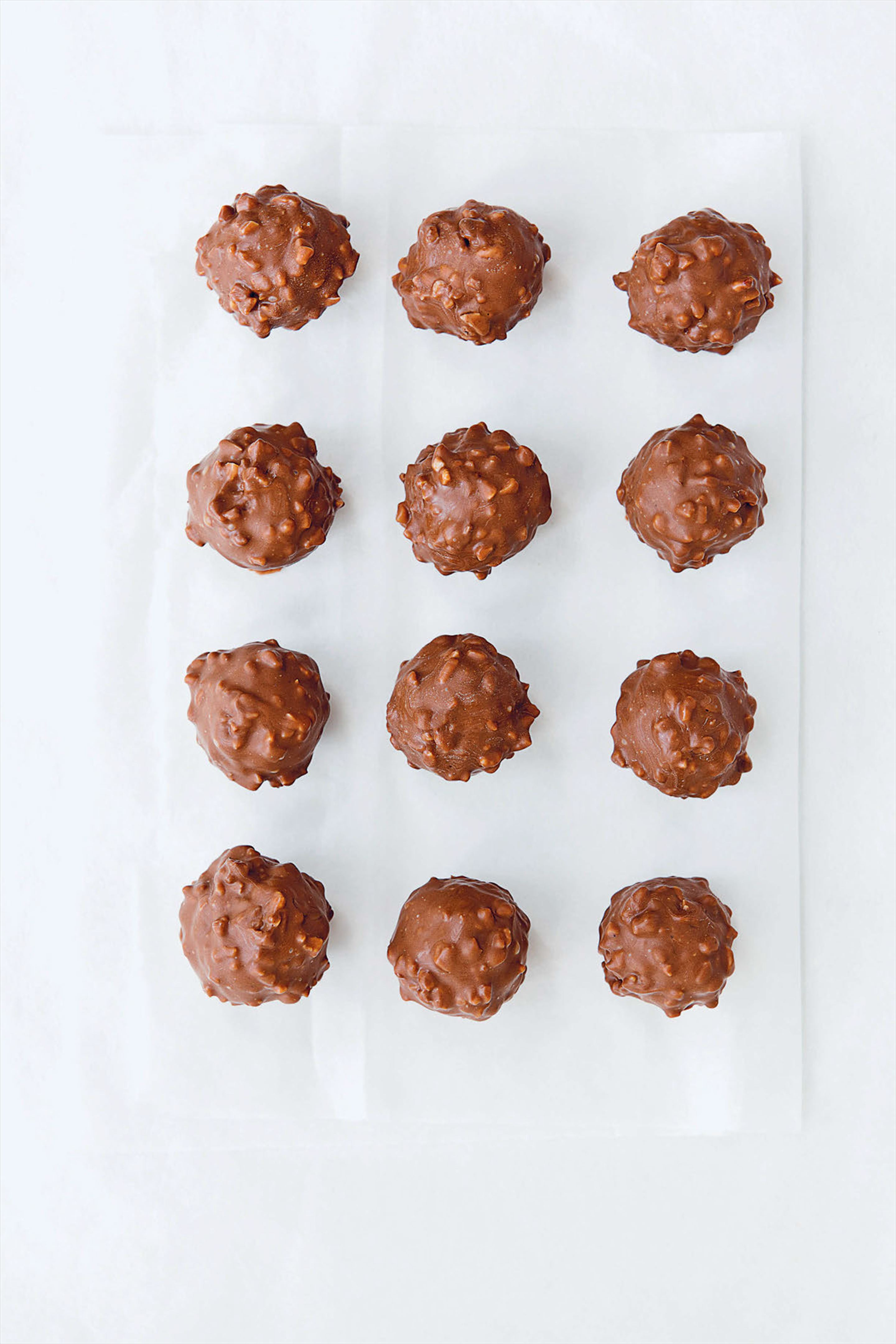 Hazelnut, wafer and ganache chocolate balls