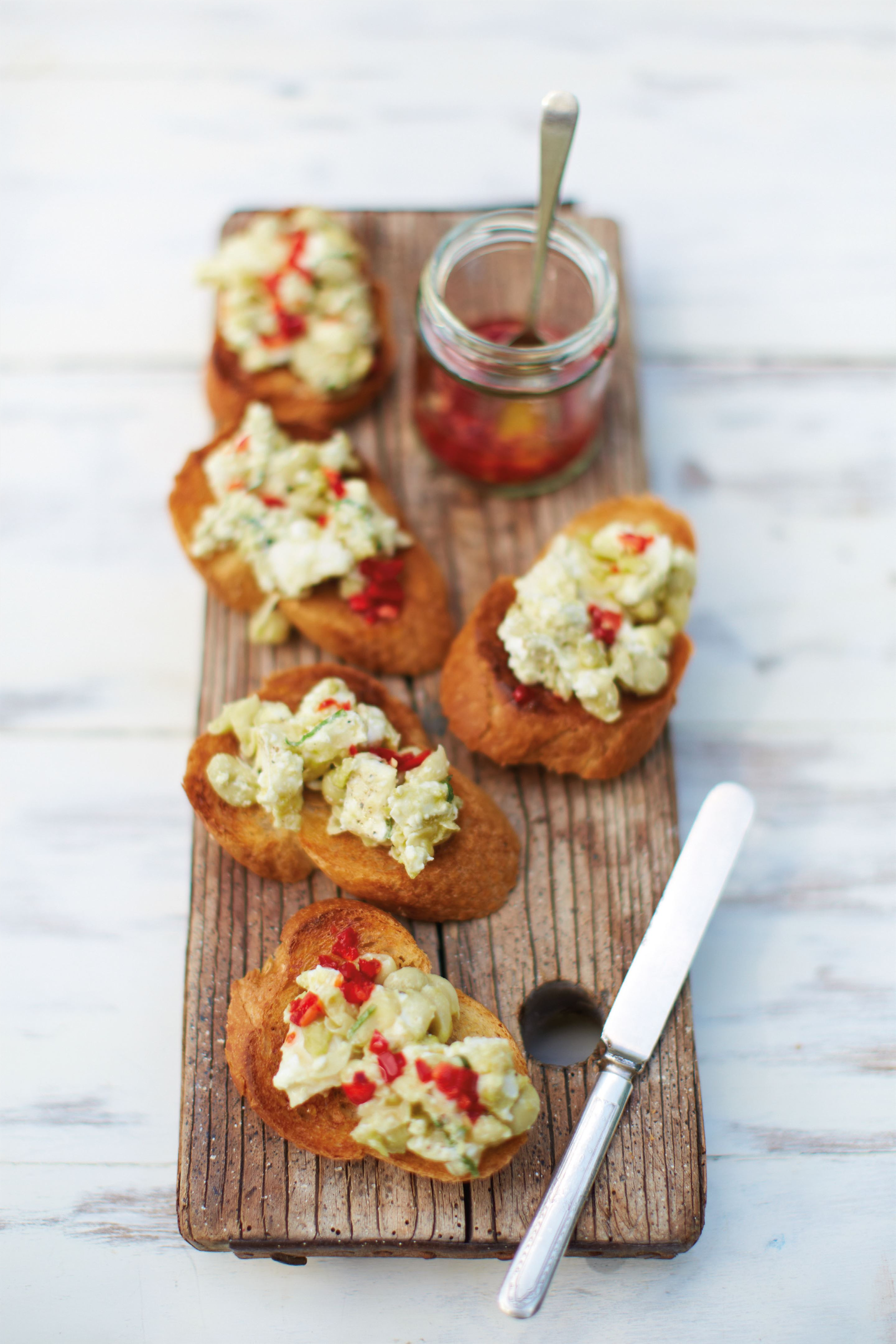 Goat's cheese, mint and broad bean pâté on chilli toasts