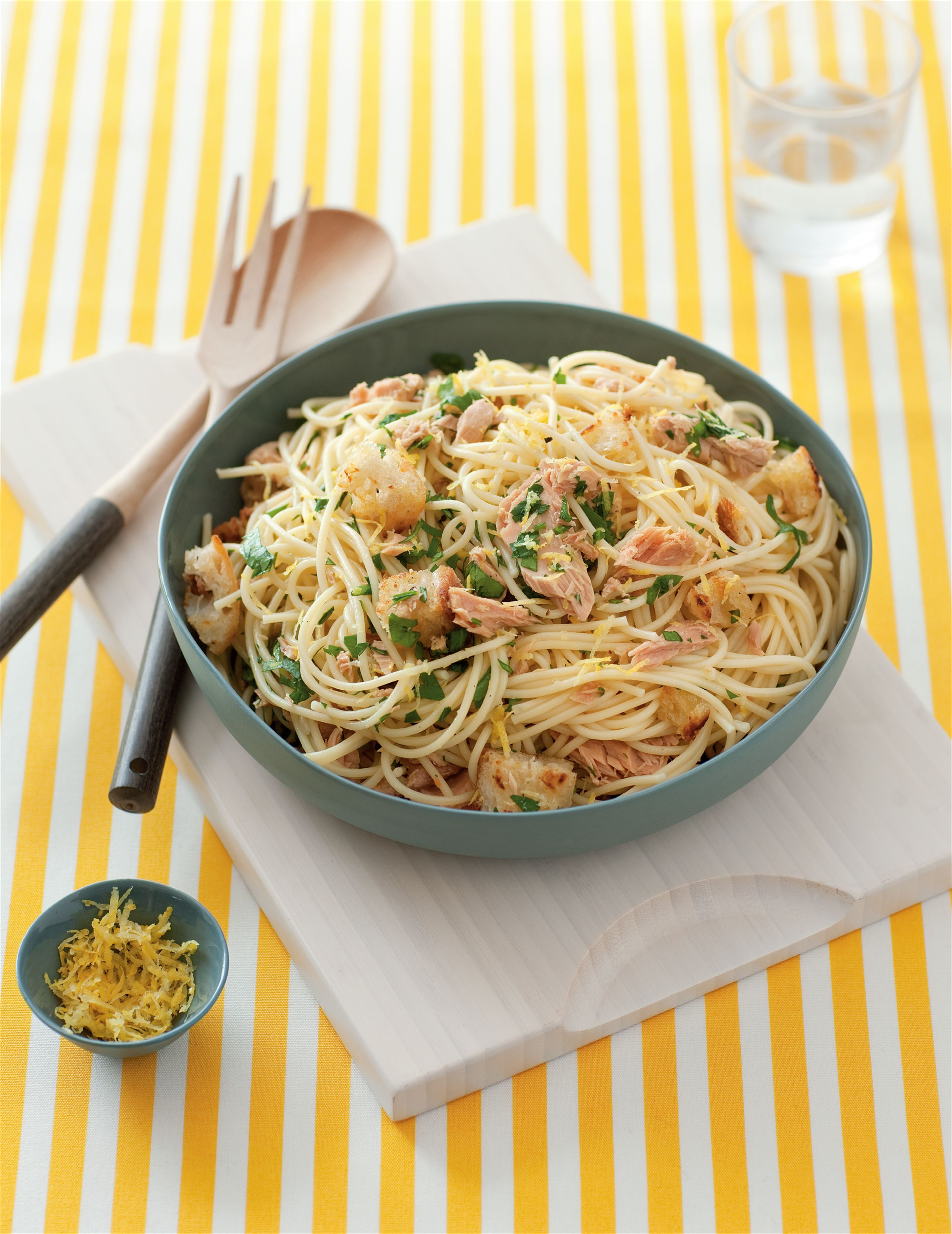 Spaghetti with tuna, croutons, parsley and lemon