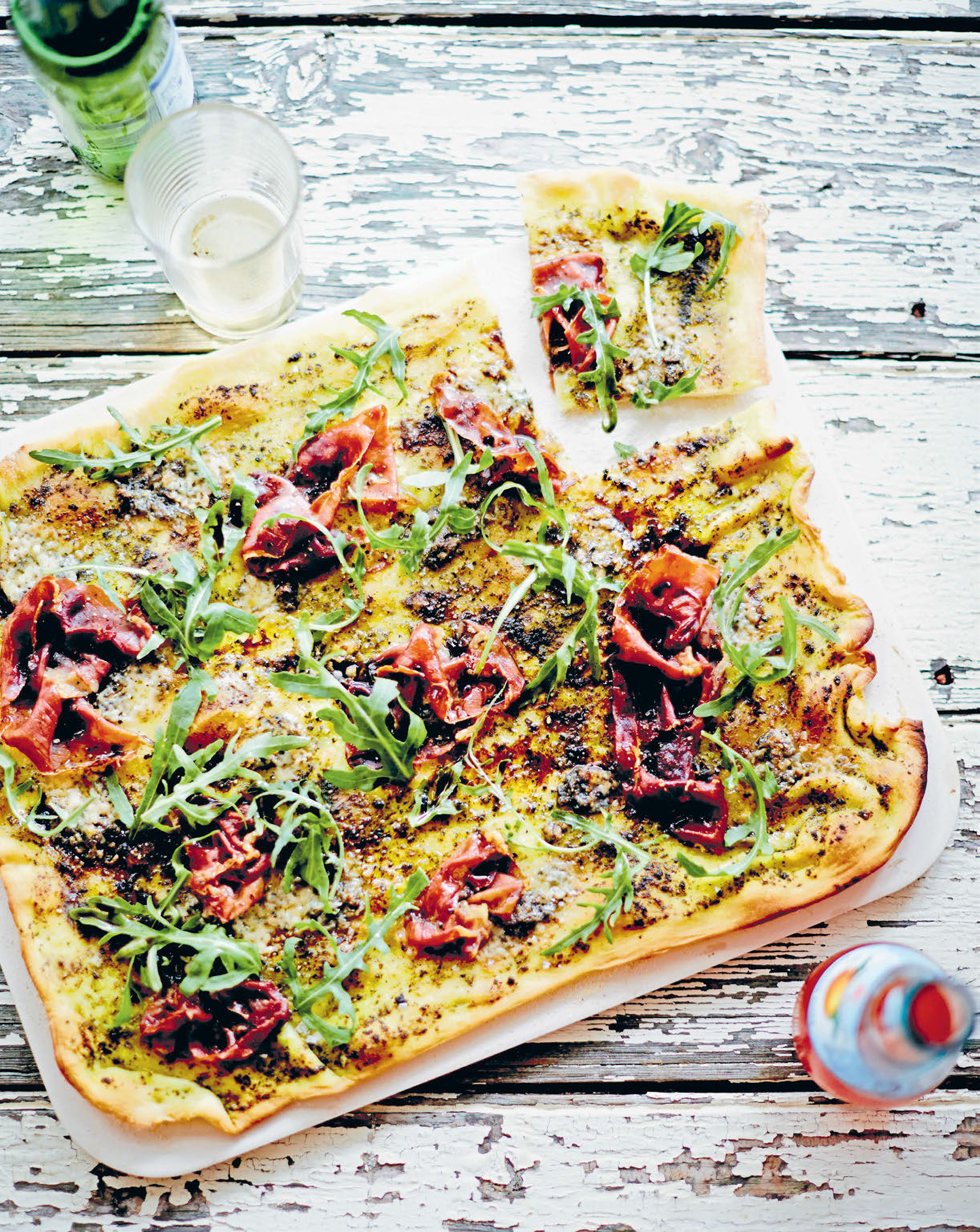 Gorgonzola, prosciutto, rocket and pesto pizza