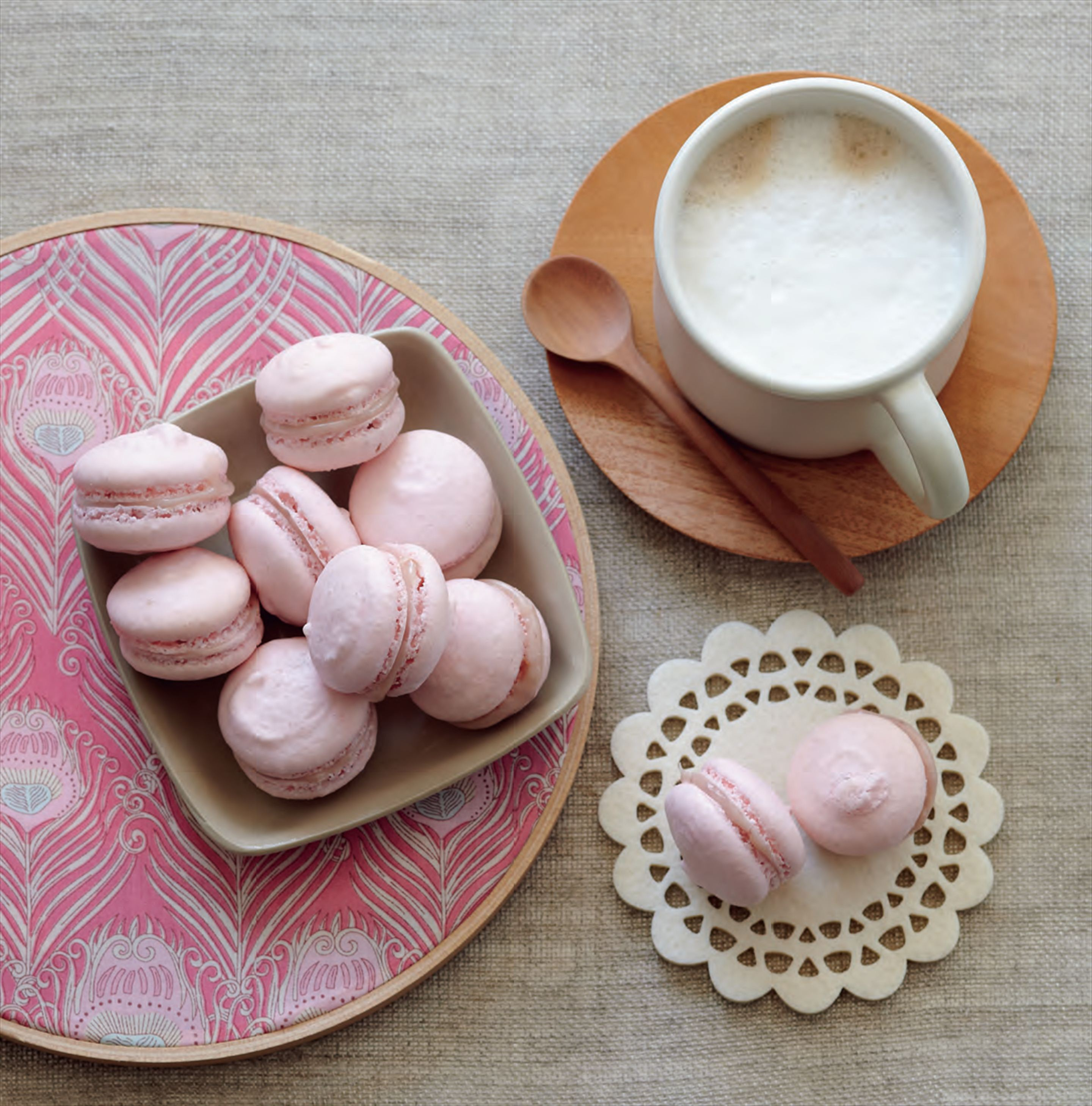 Raspberry macarons with white chocolate