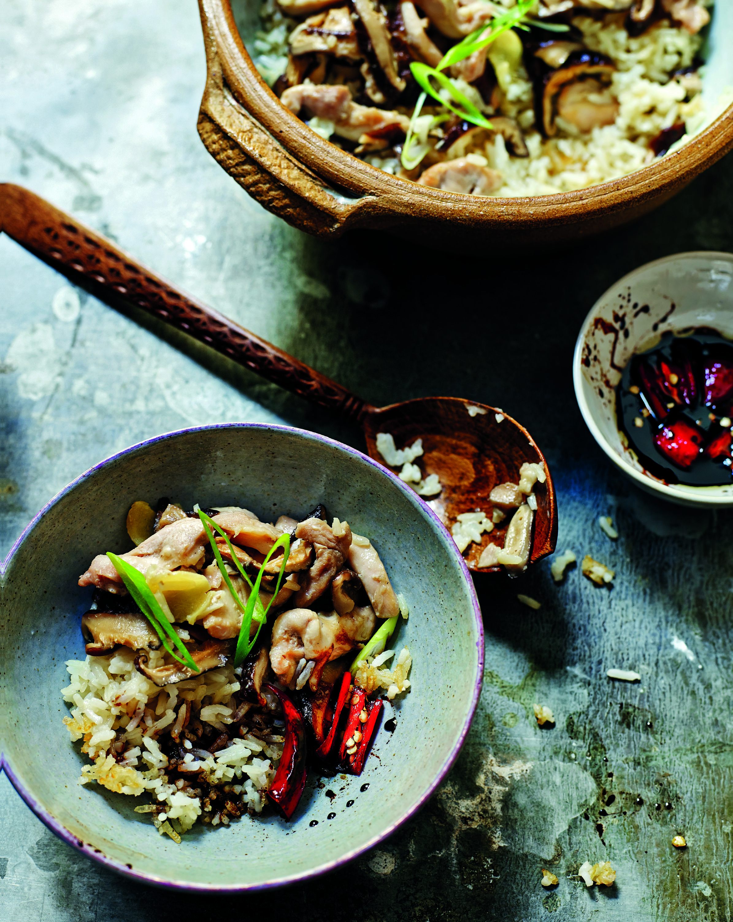 Clay-pot chicken and mushroom rice with chilli and garlic sauce
