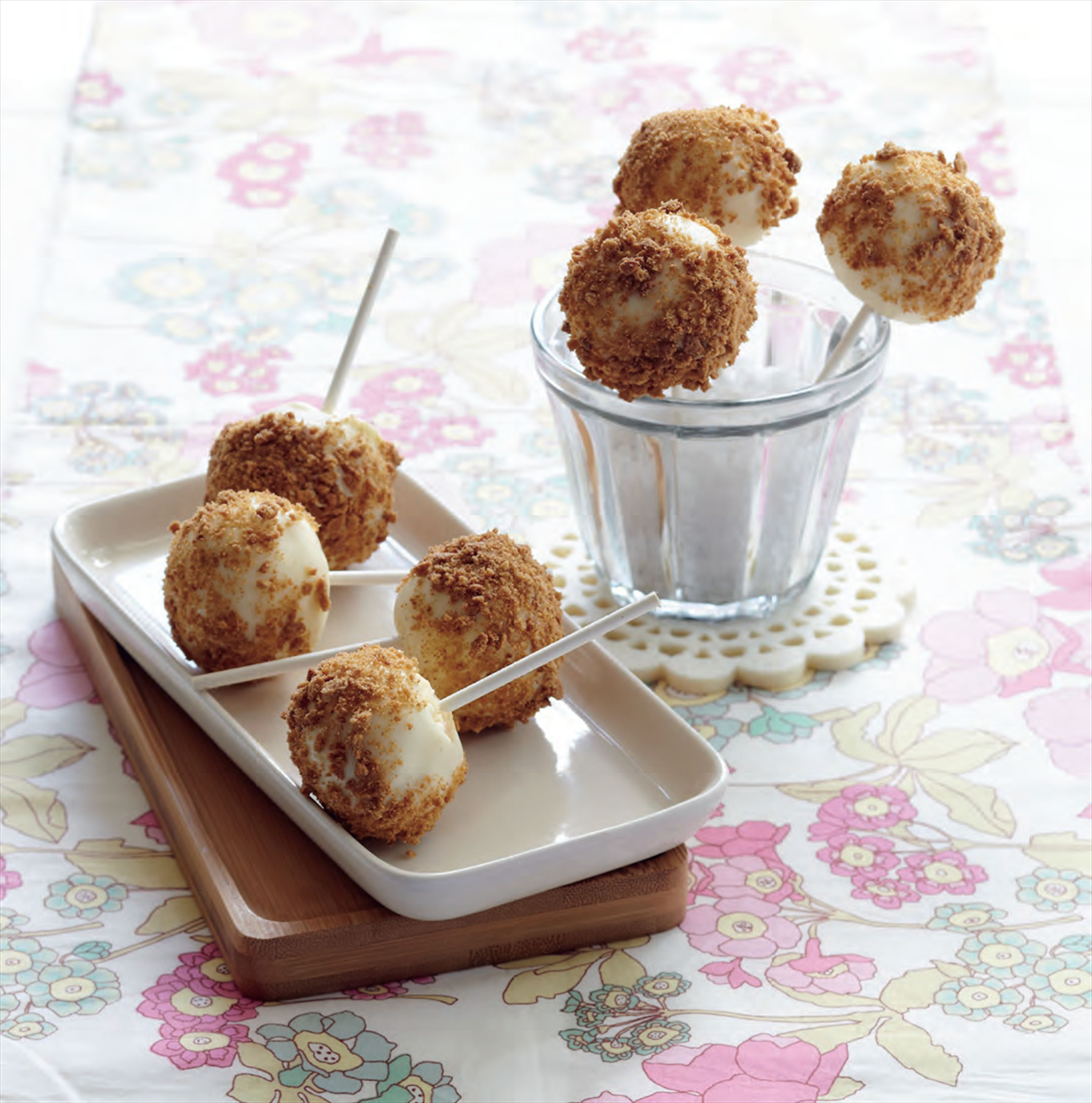 Vanilla cheesecake pops with ginger cookie crumbs