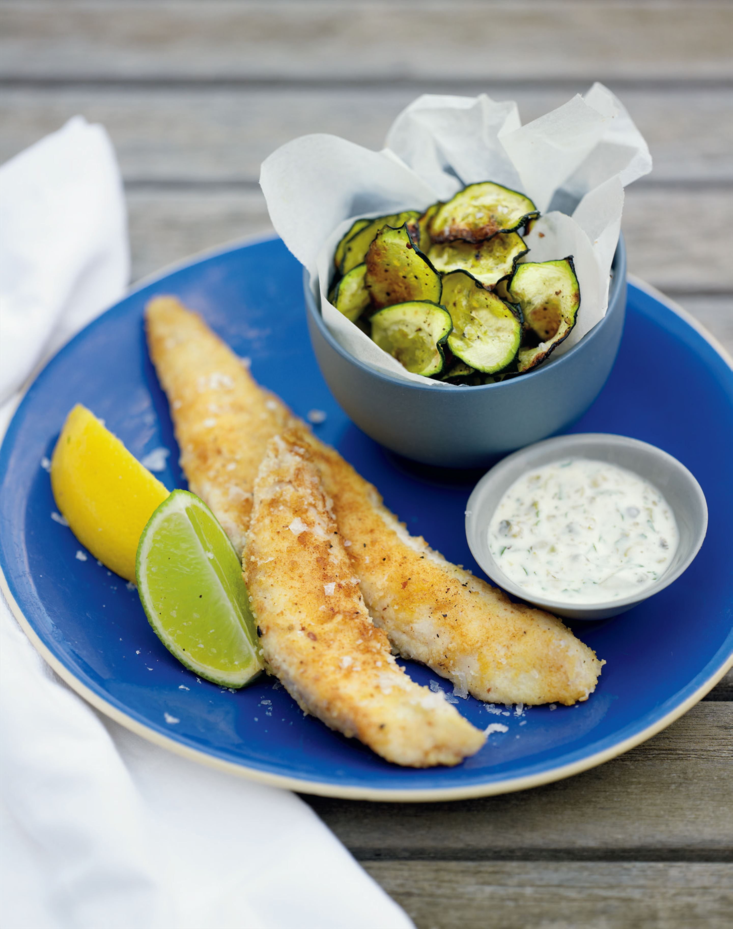 Fish and zucchini chips with tartare sauce
