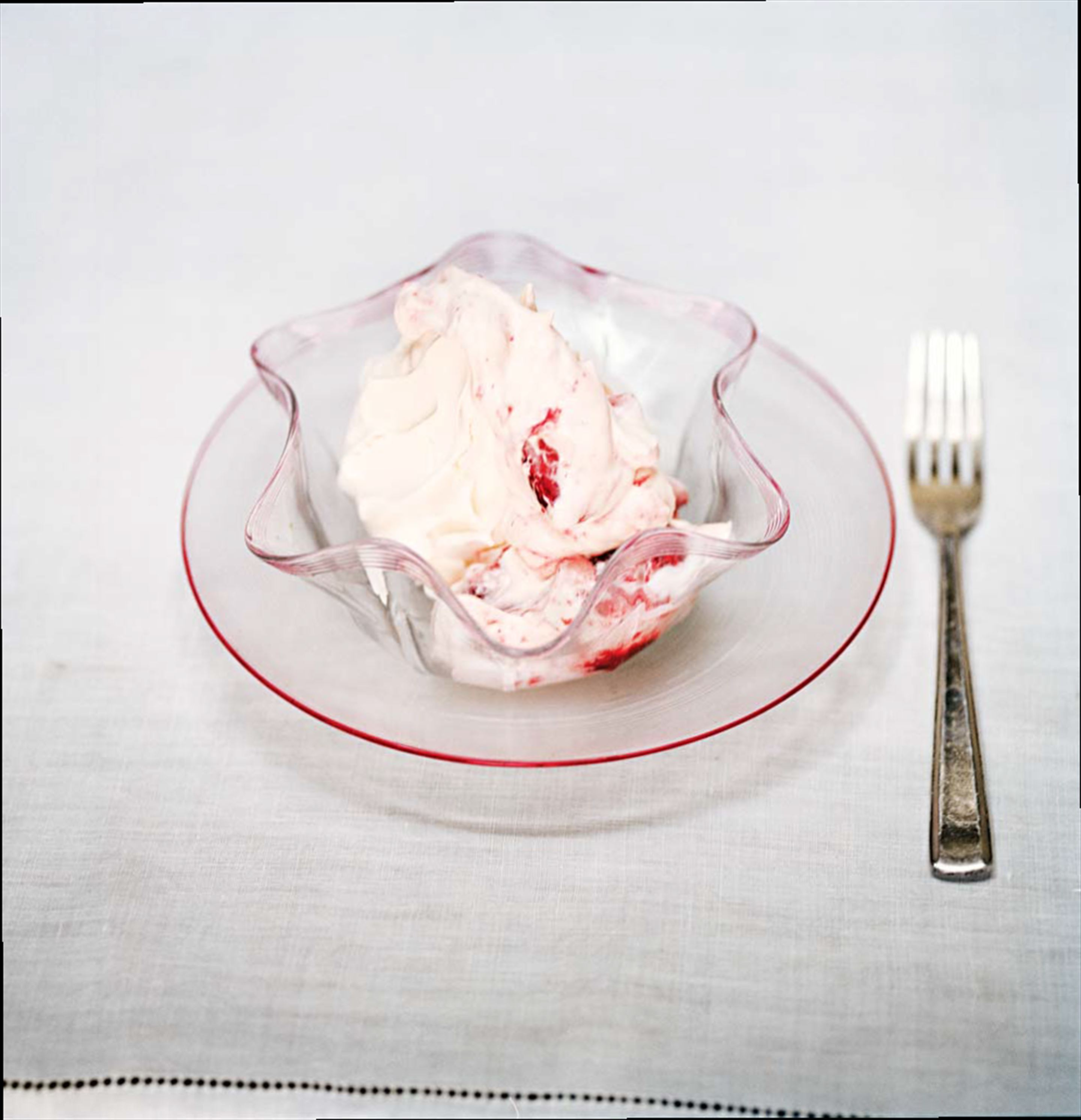 Meringues with strawberries and cream