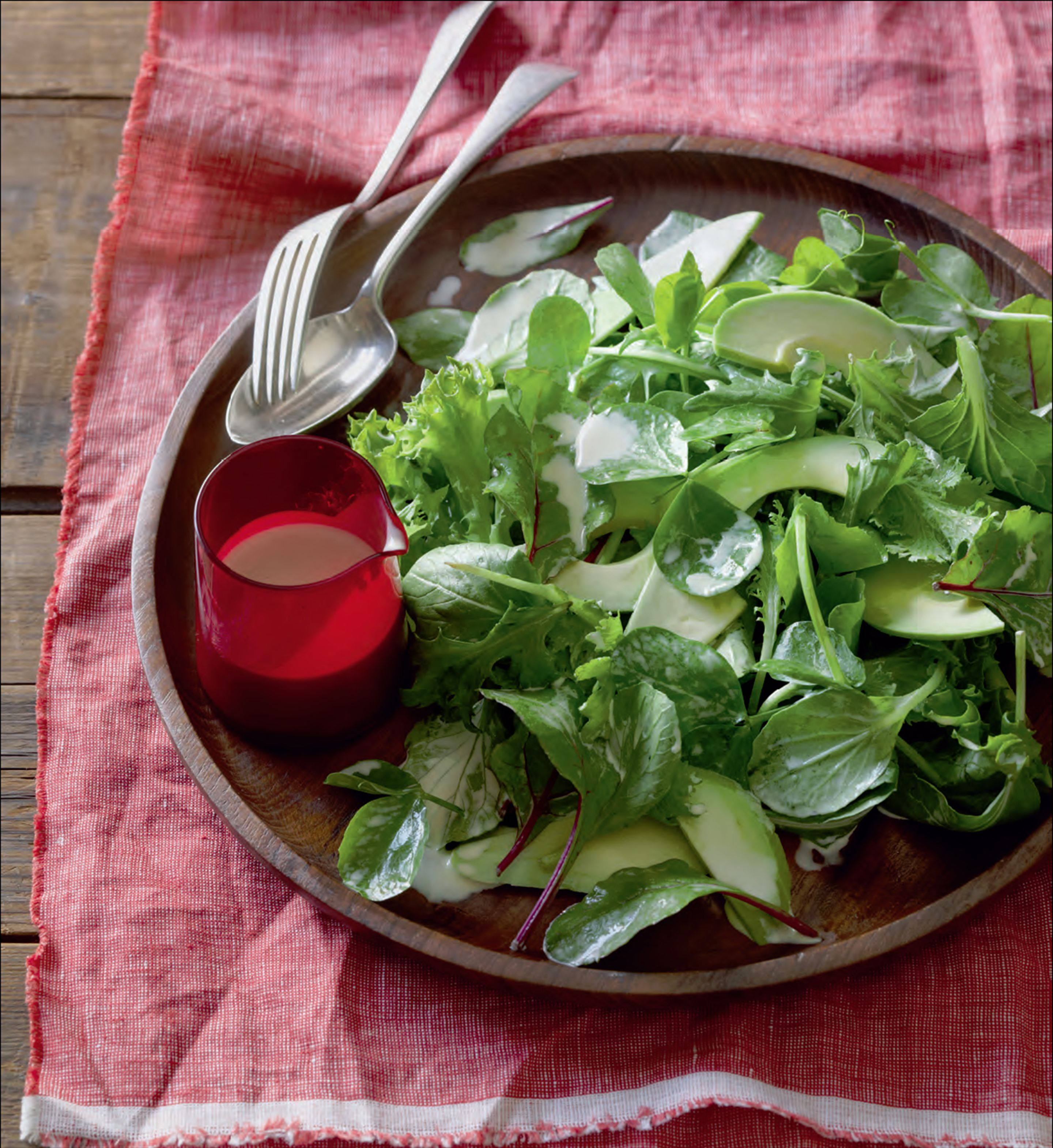 Green salad with creamy dressing