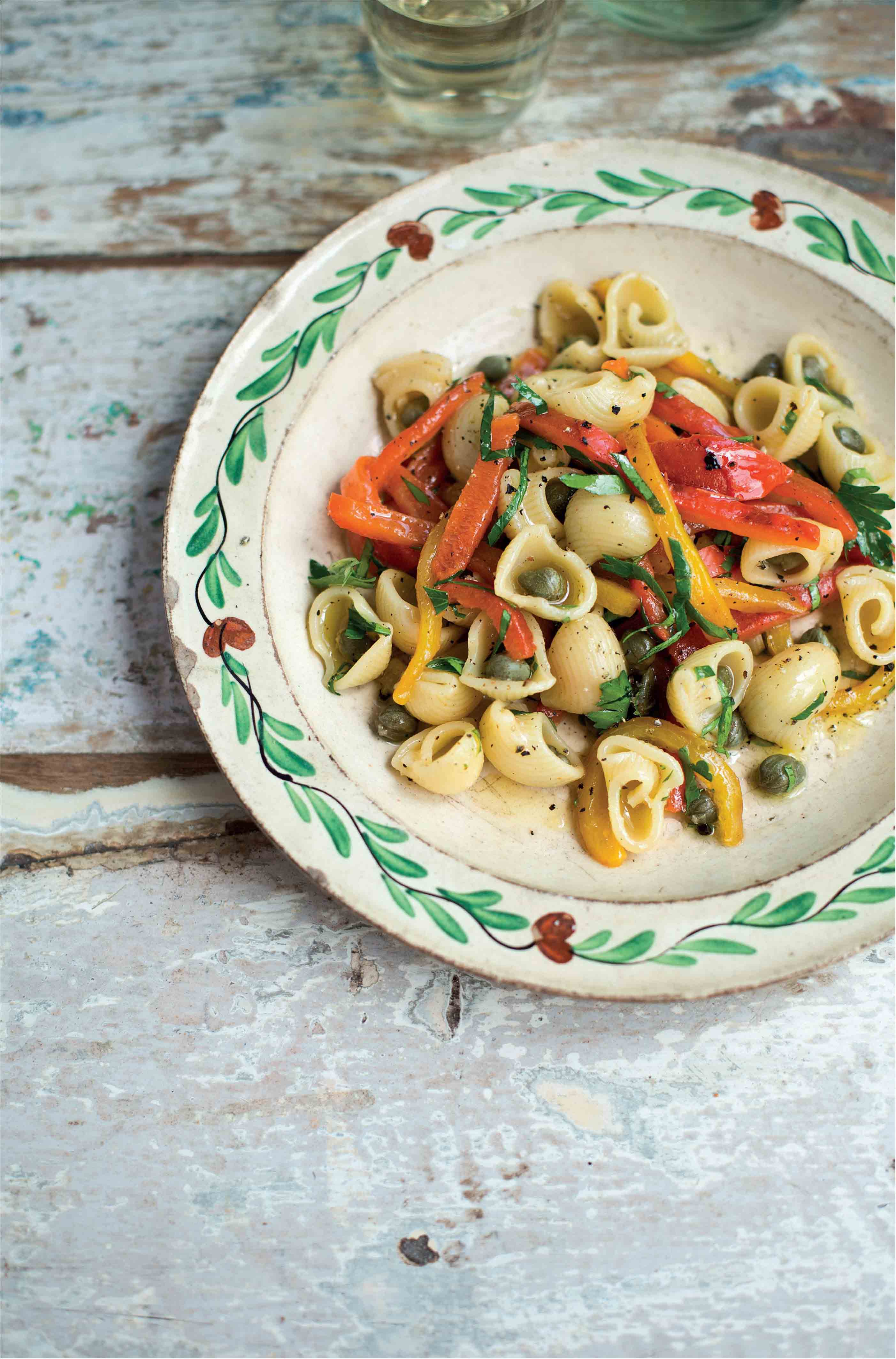 Salad of elbow pasta with peppers and capers