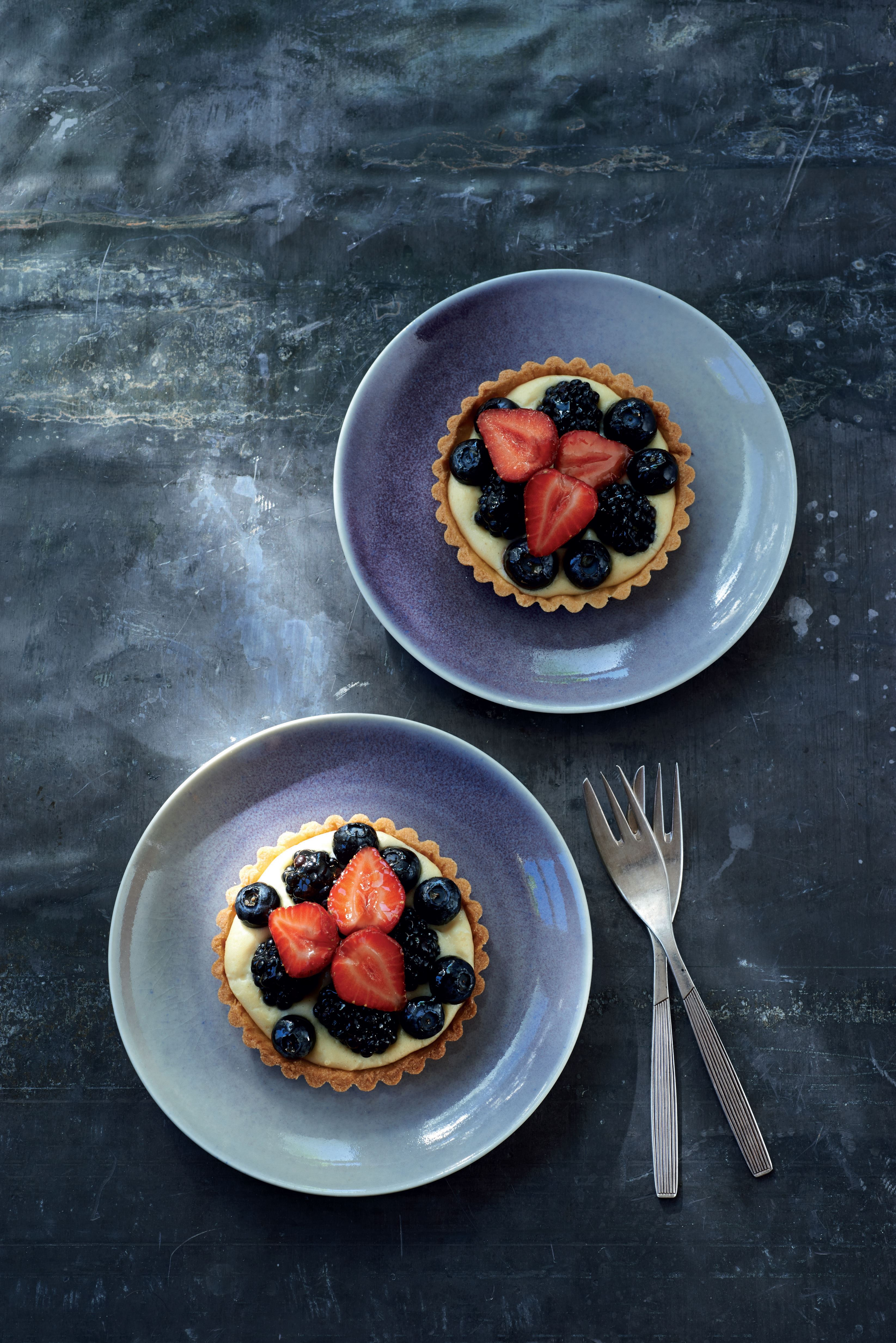 Individual fruit tarts with almond cream