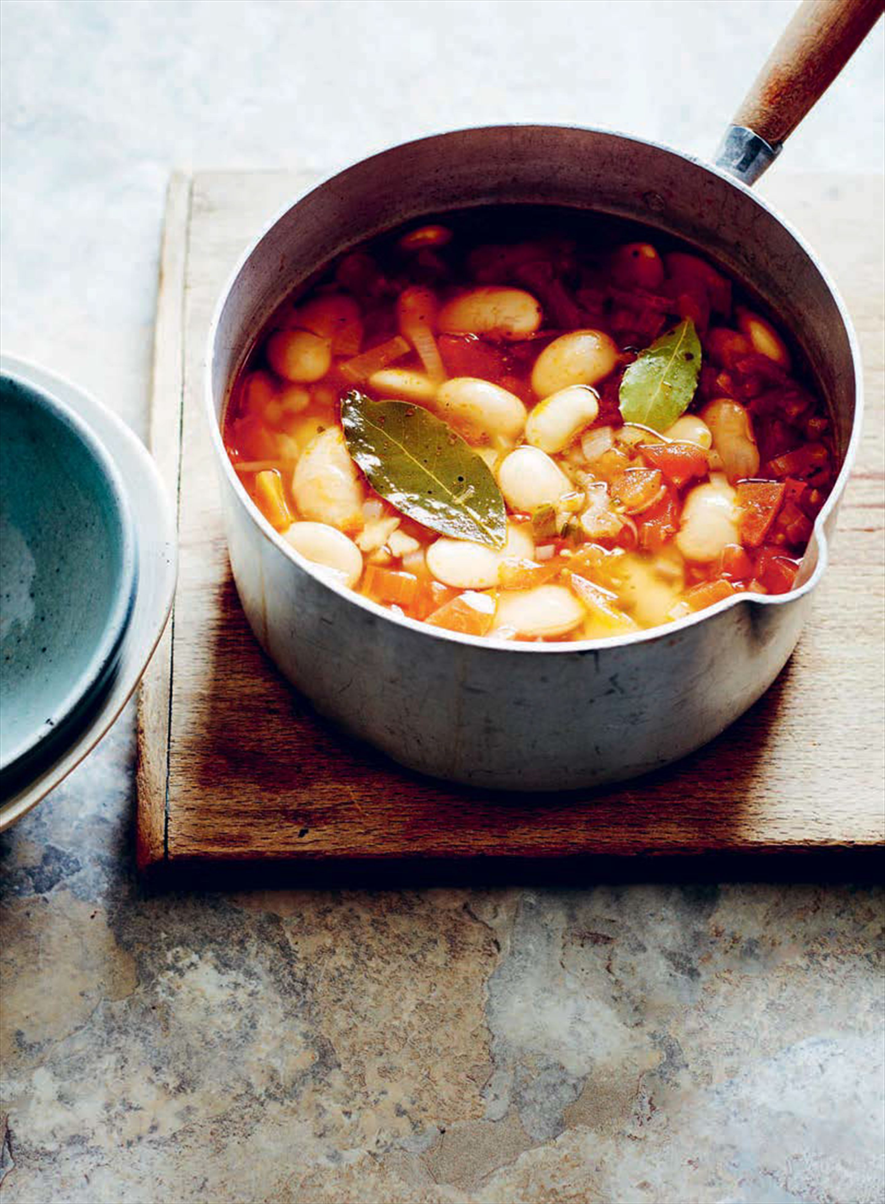 White bean soup with tomatoes and chilli