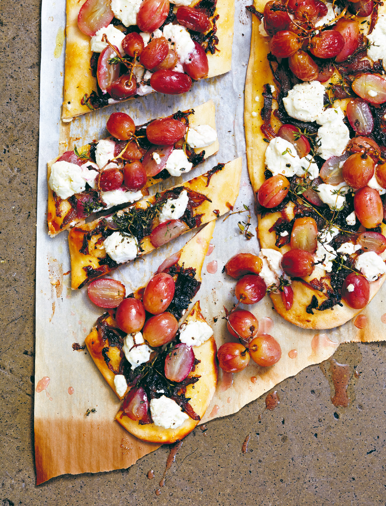 Grape, goat's cheese and onion jam pizzette