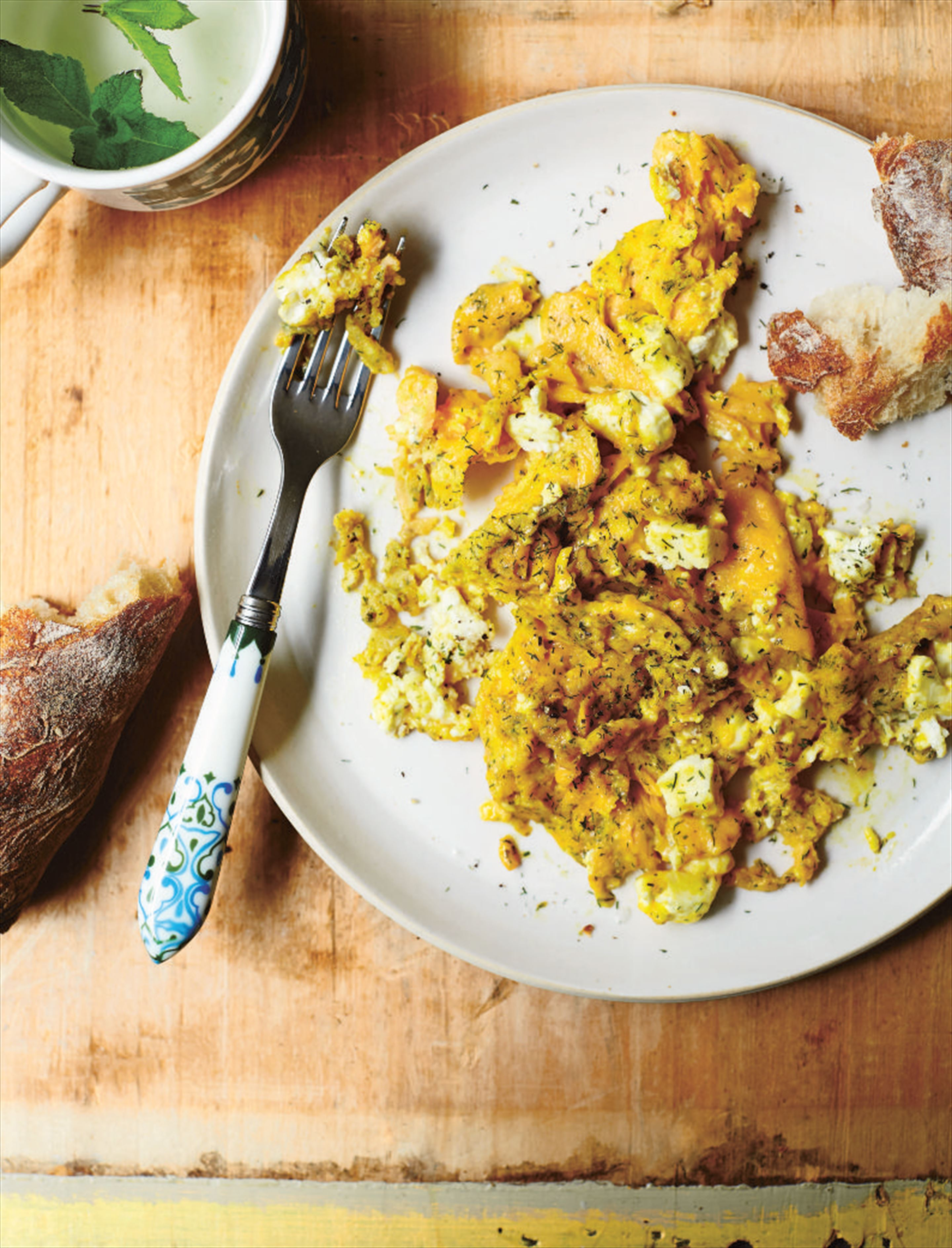 Scrambled eggs with feta and dill