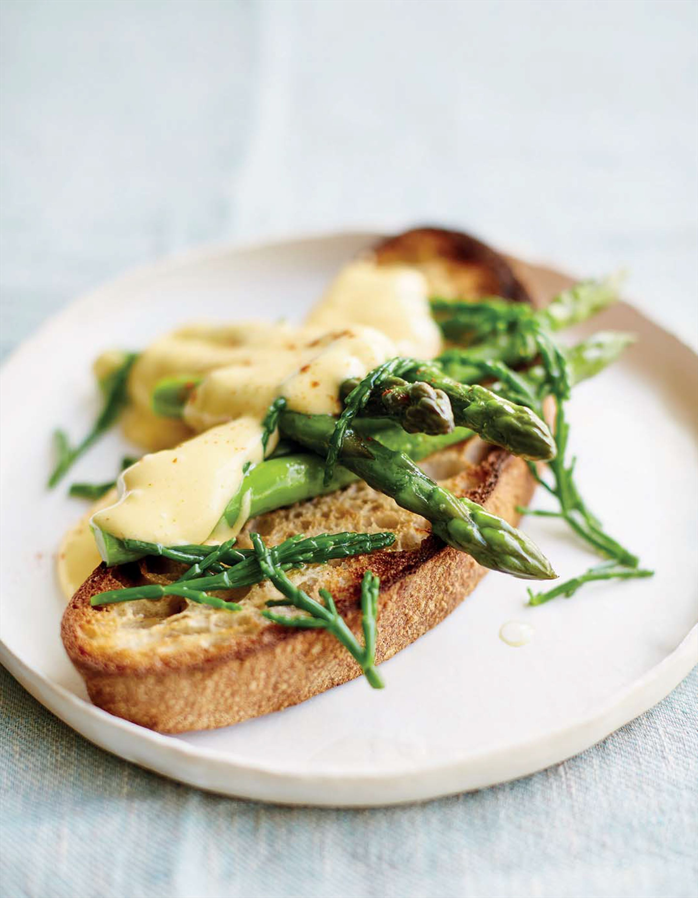 Asparagus and samphire on toast with hollandaise sauce