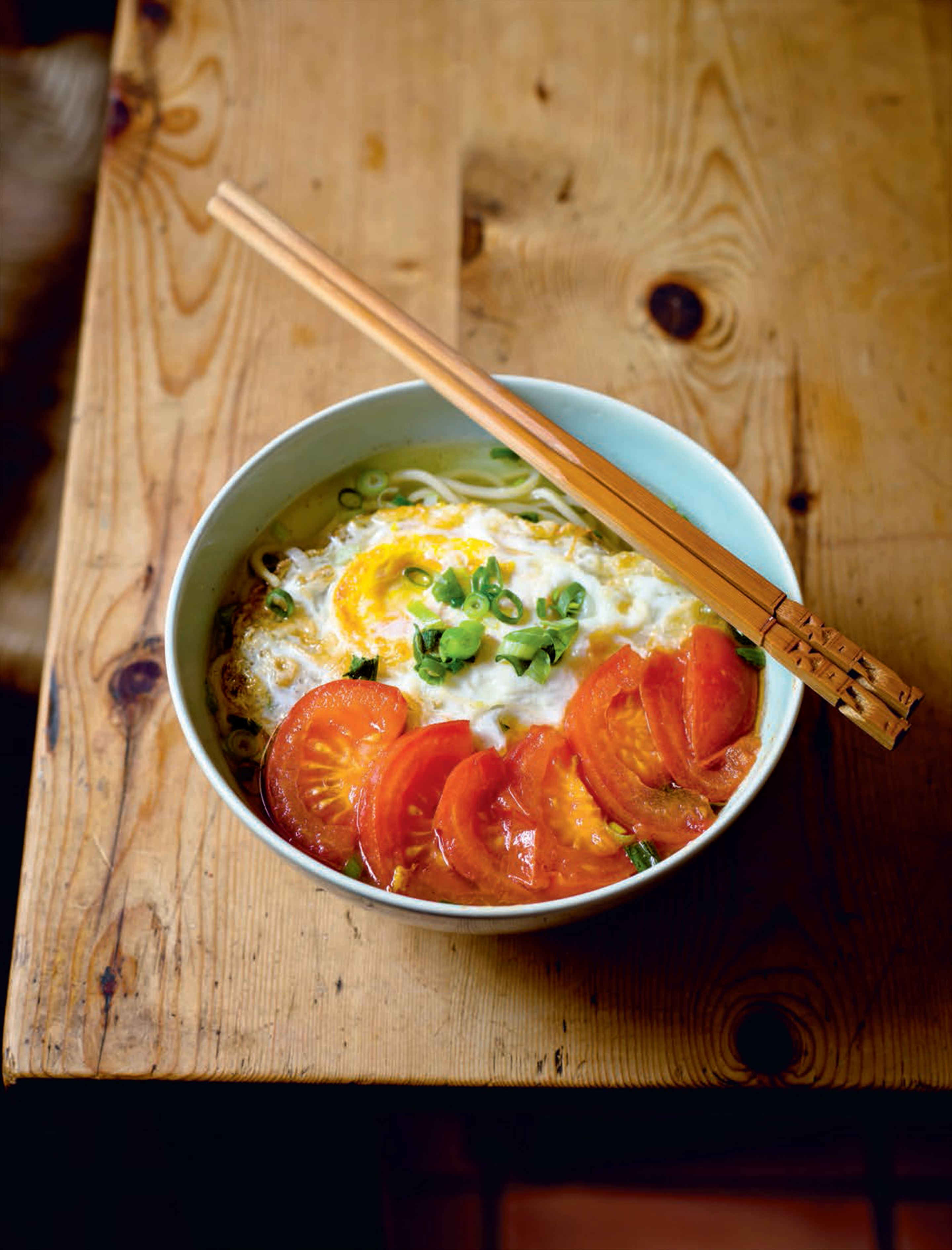 Fried egg and tomato noodles