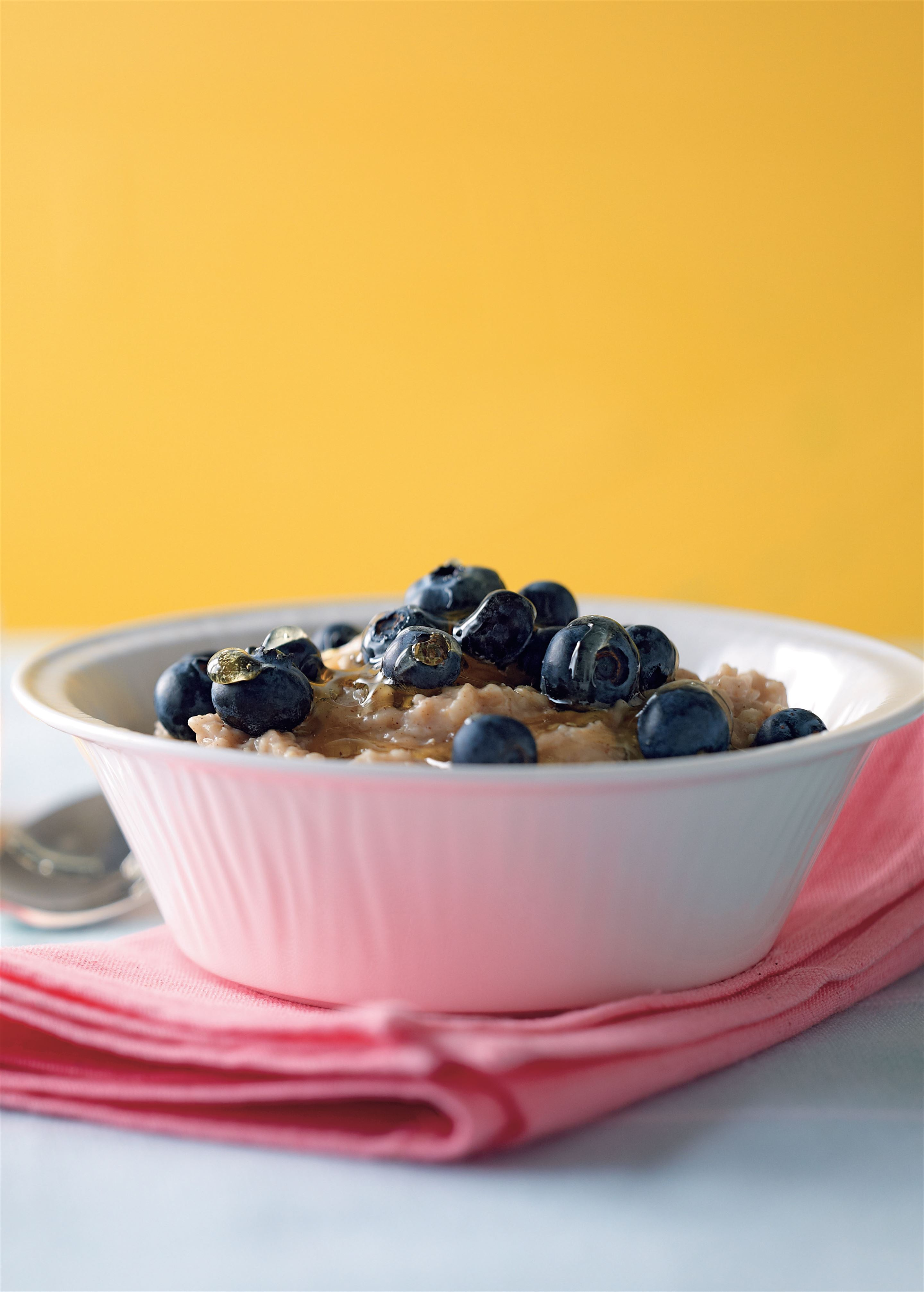 Cinnamon porridge with blueberries and honey