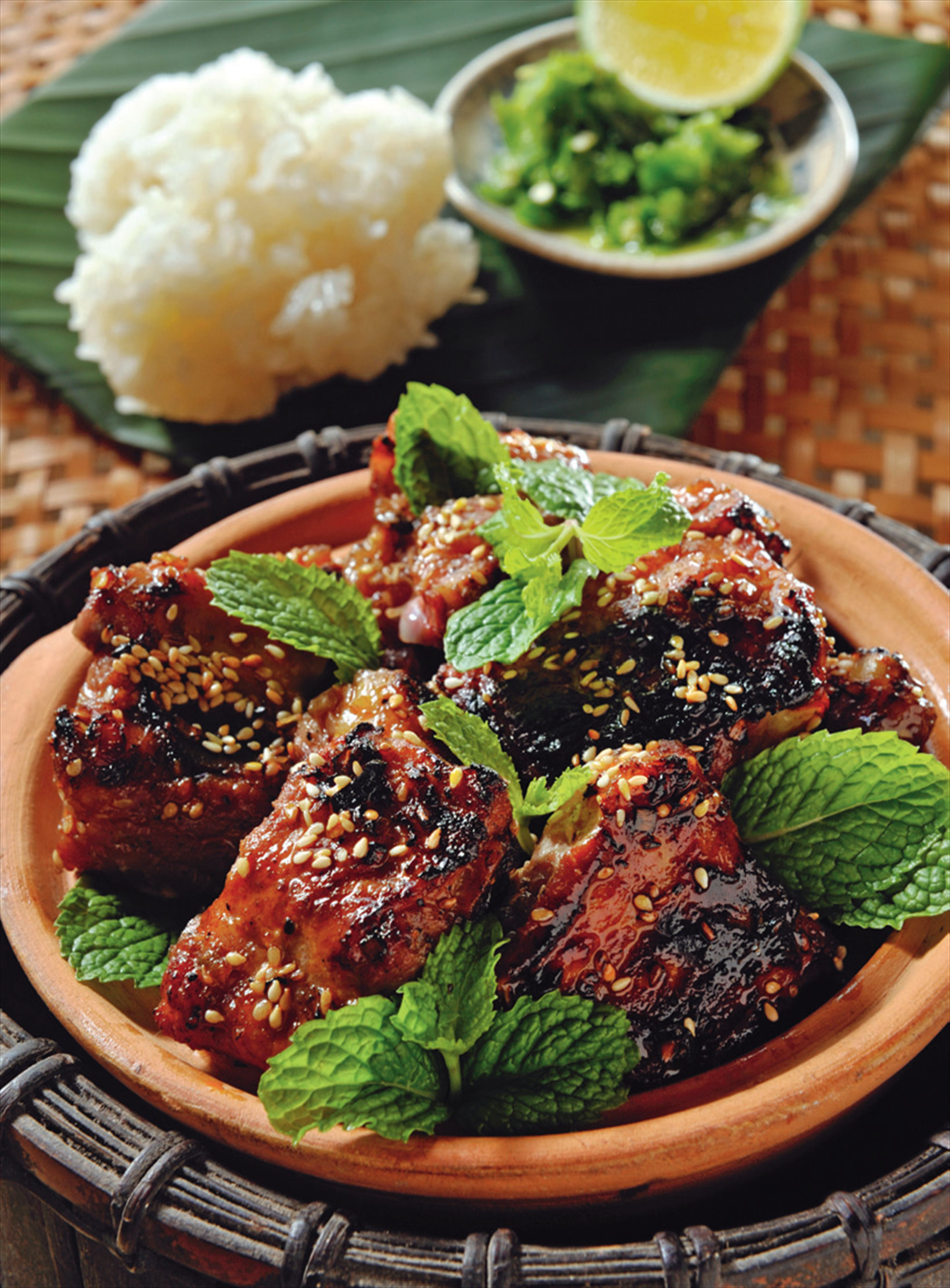 Barbecued pork ribs with sesame seeds and green chilli dipping salt