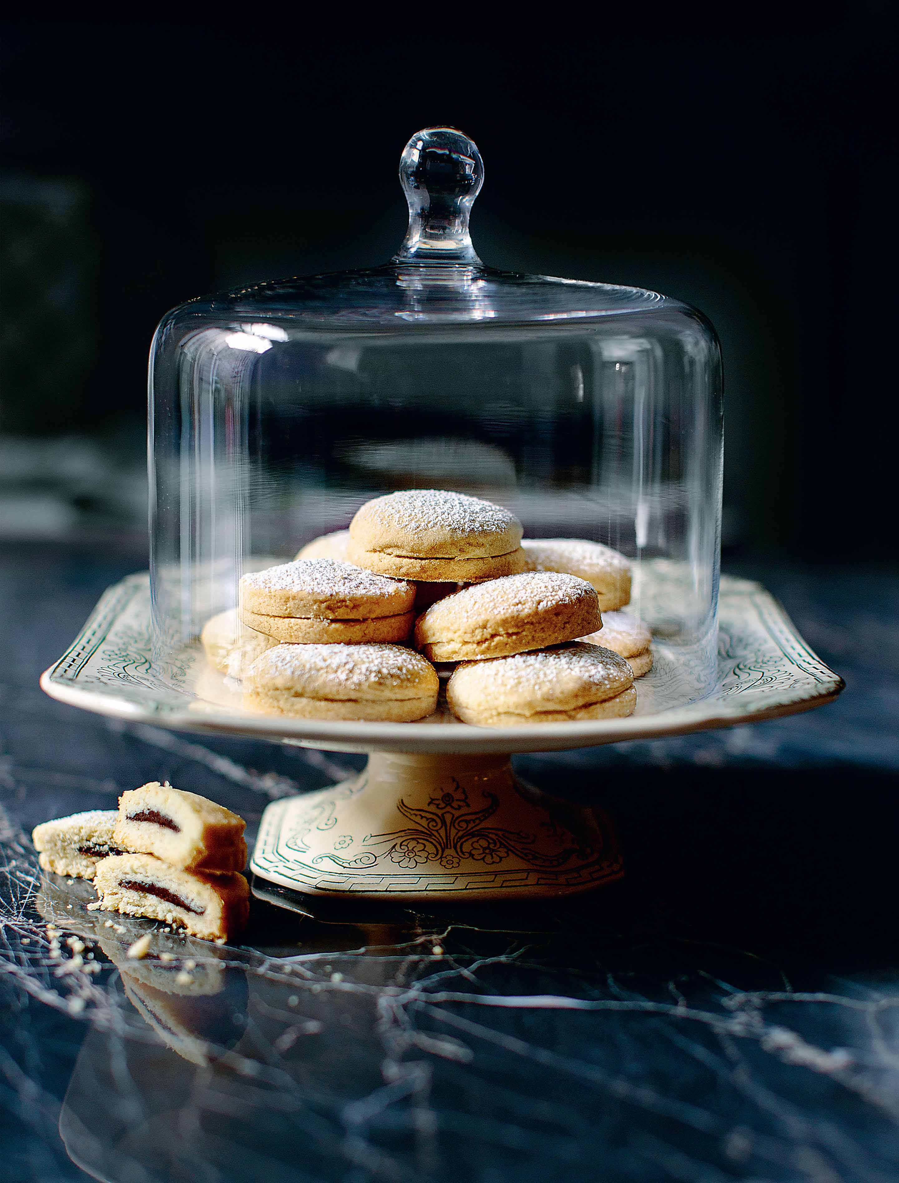 Hazelnut-filled cookies