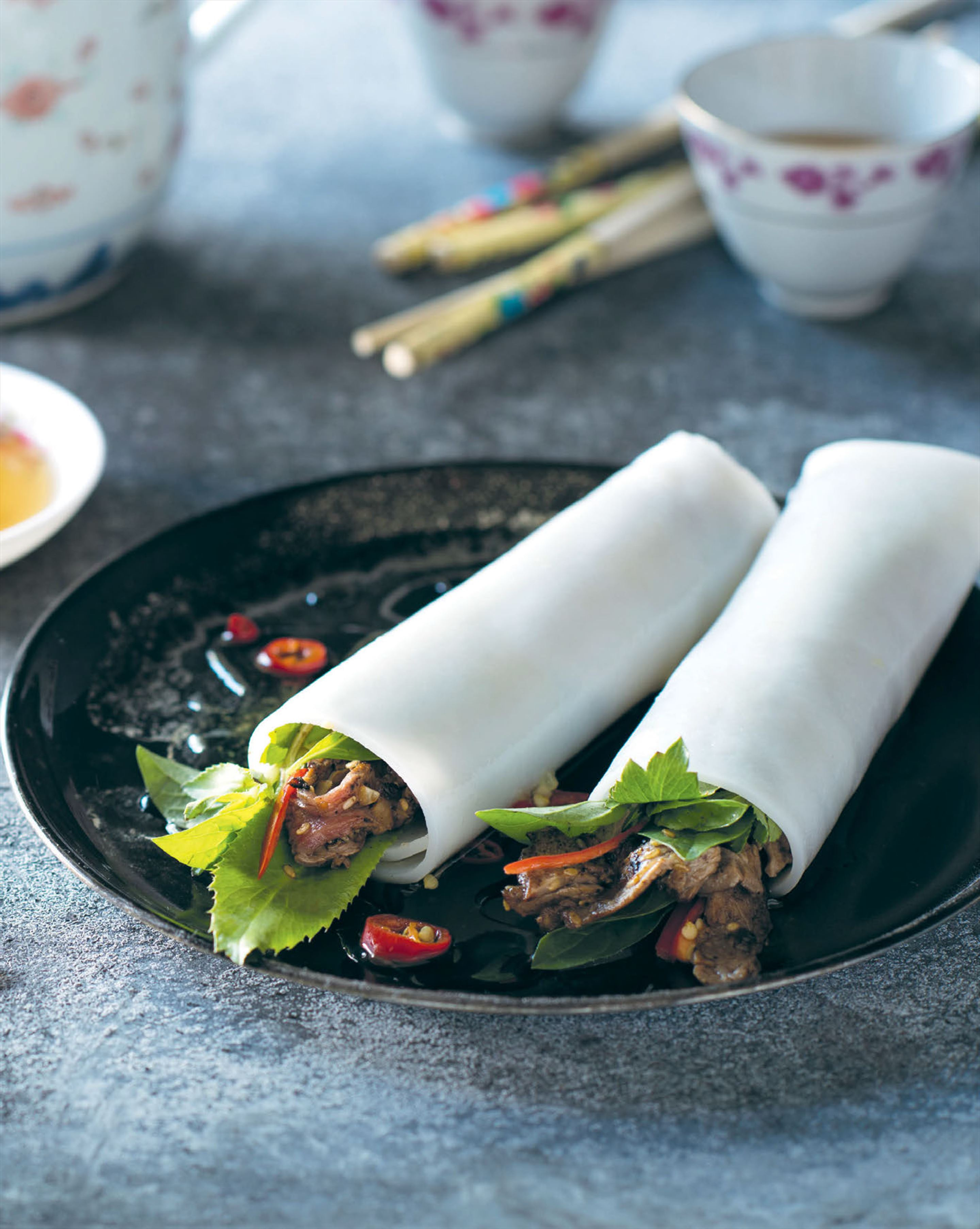 Soft noodle rolls with beef & saw-tooth coriander
