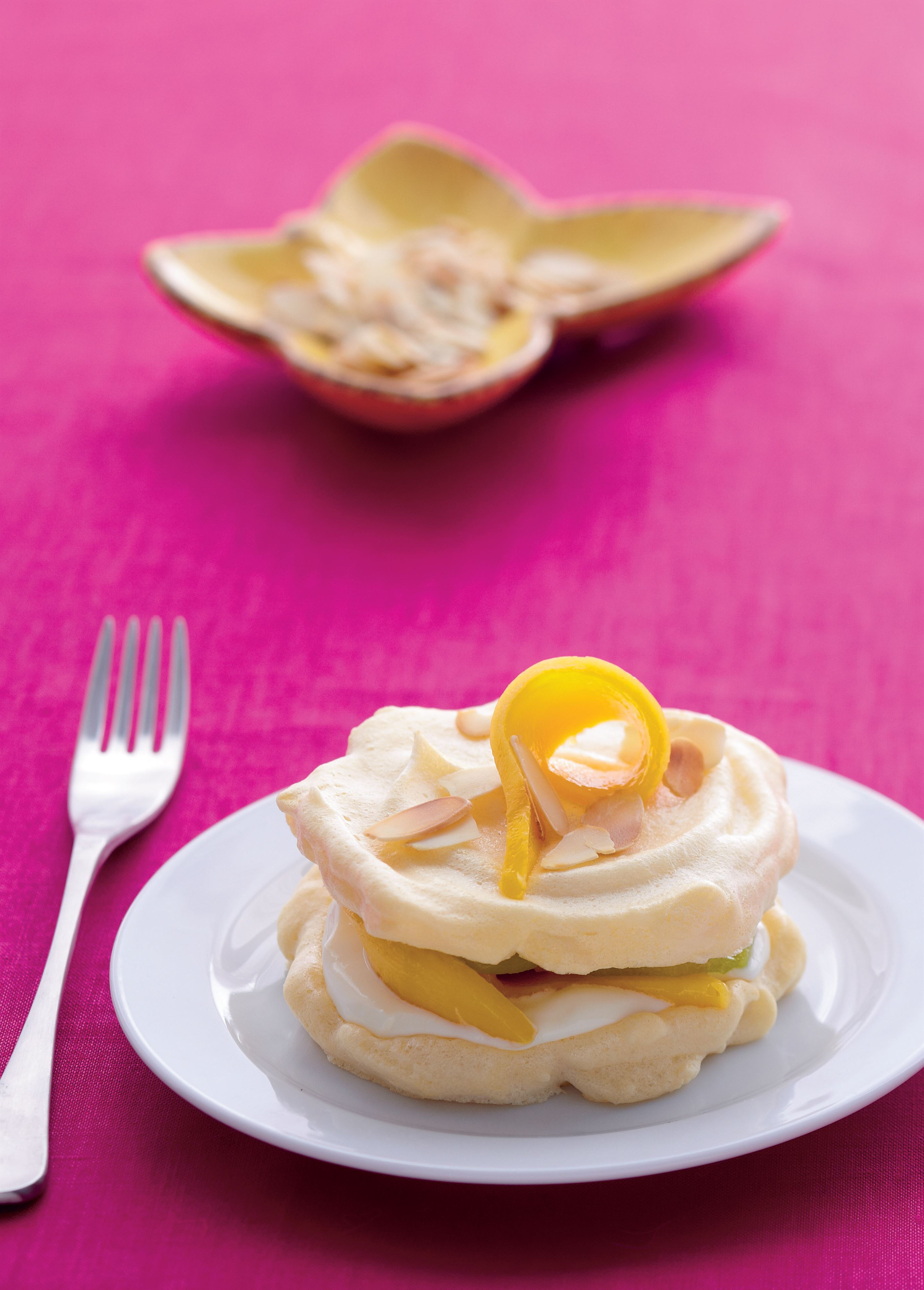 Meringues with mango and kiwifruit