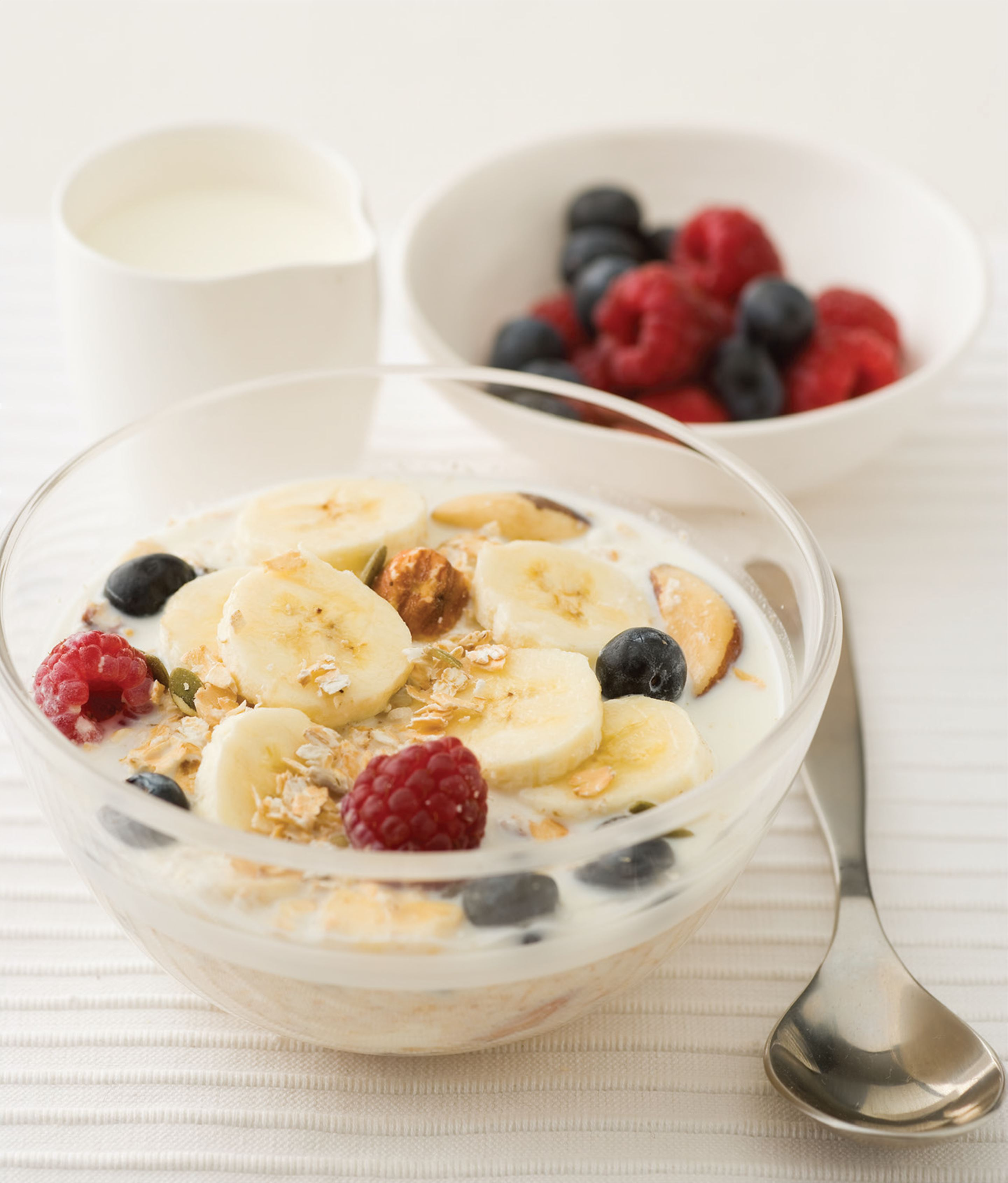 Muesli with yoghurt, blueberries and banana