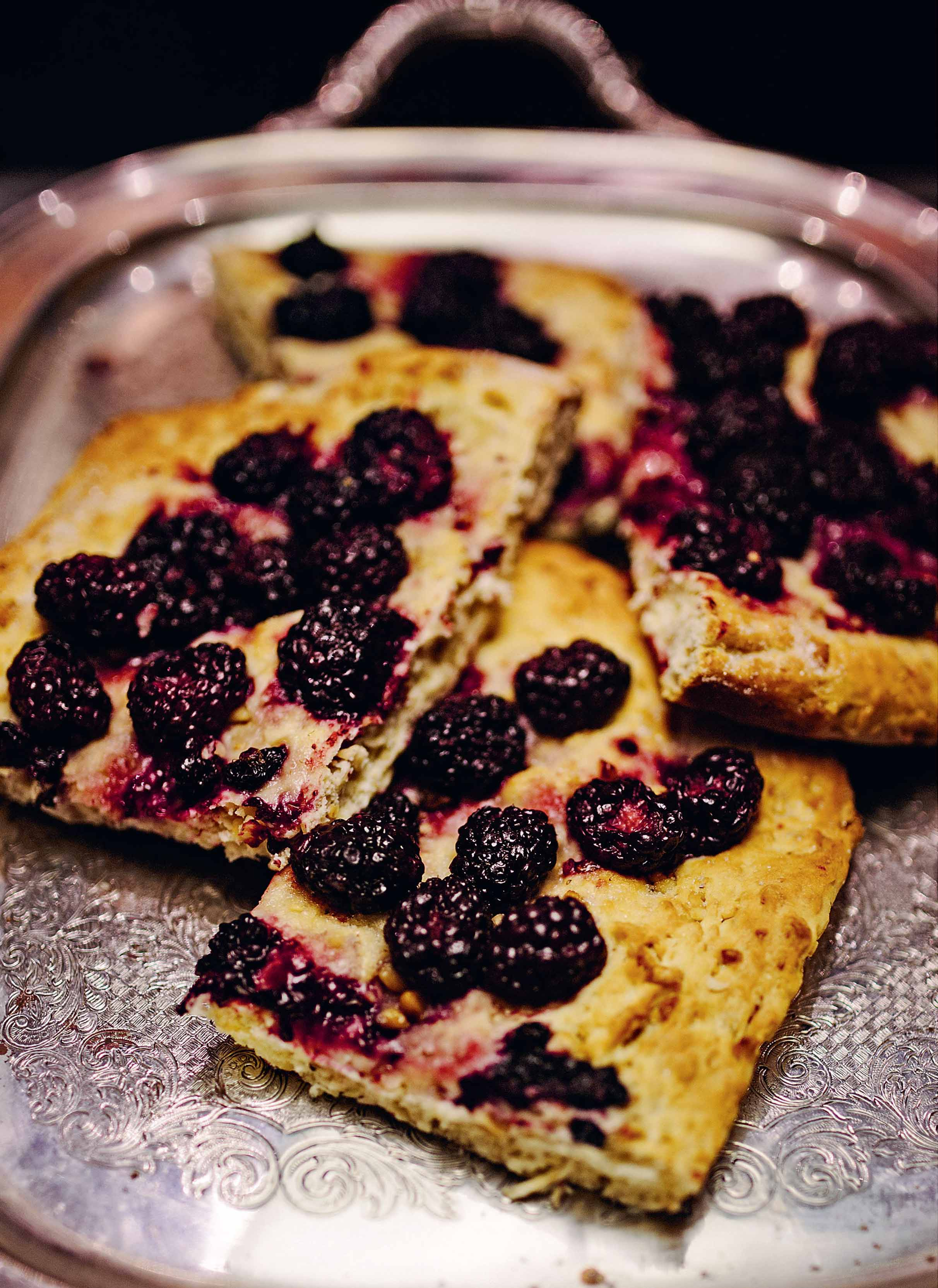 Crushed dough with hazelnuts and blackberries