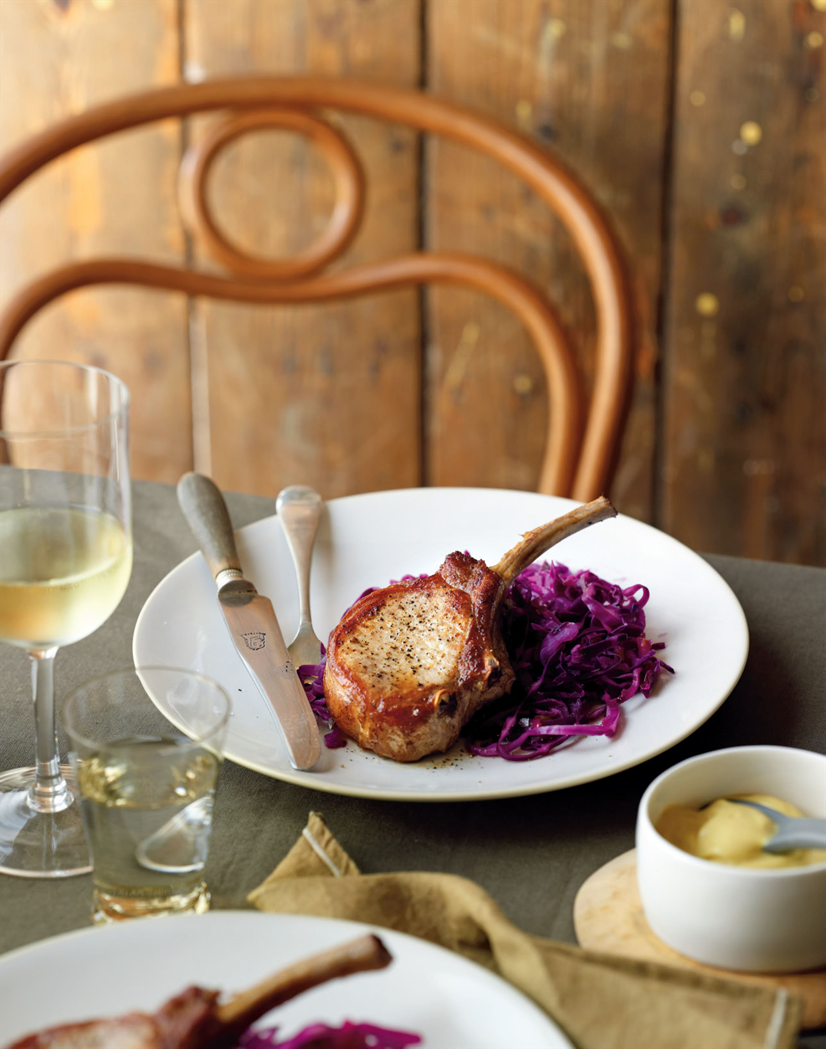 Pork chops with red cabbage and fennel