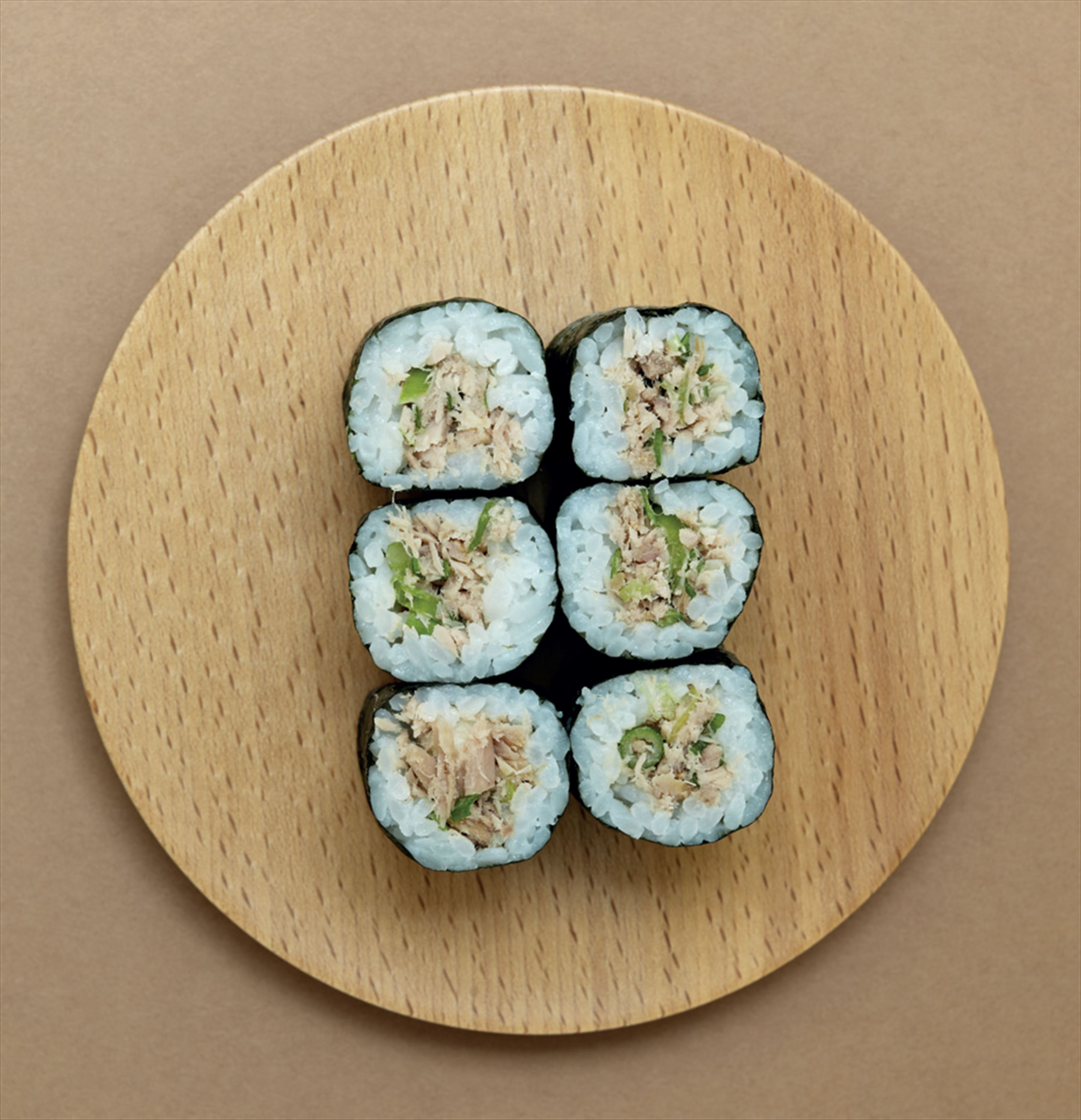 Canned tuna and spring onion hosomaki rolls