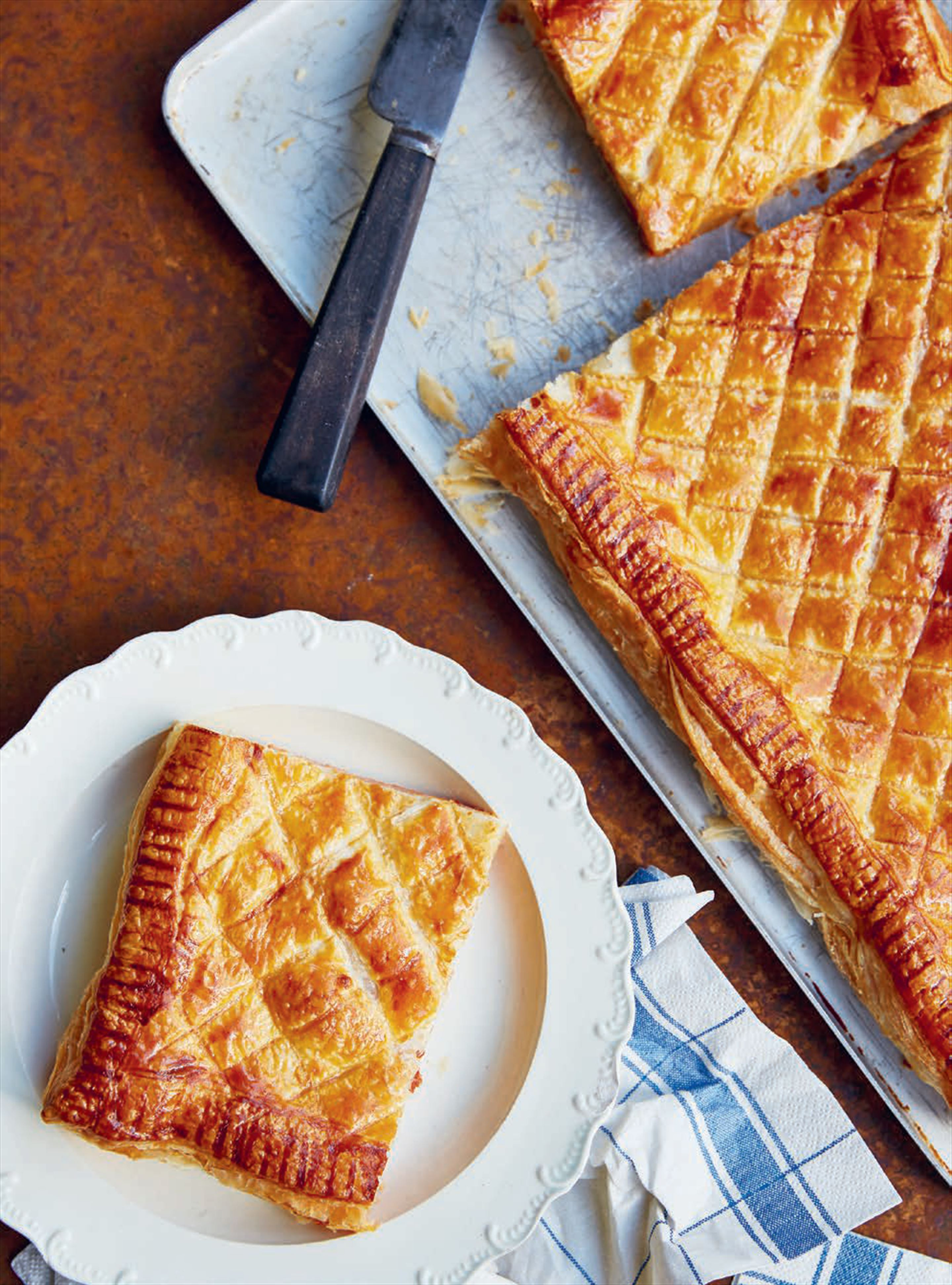 Puff pastry pie with cheese & ham