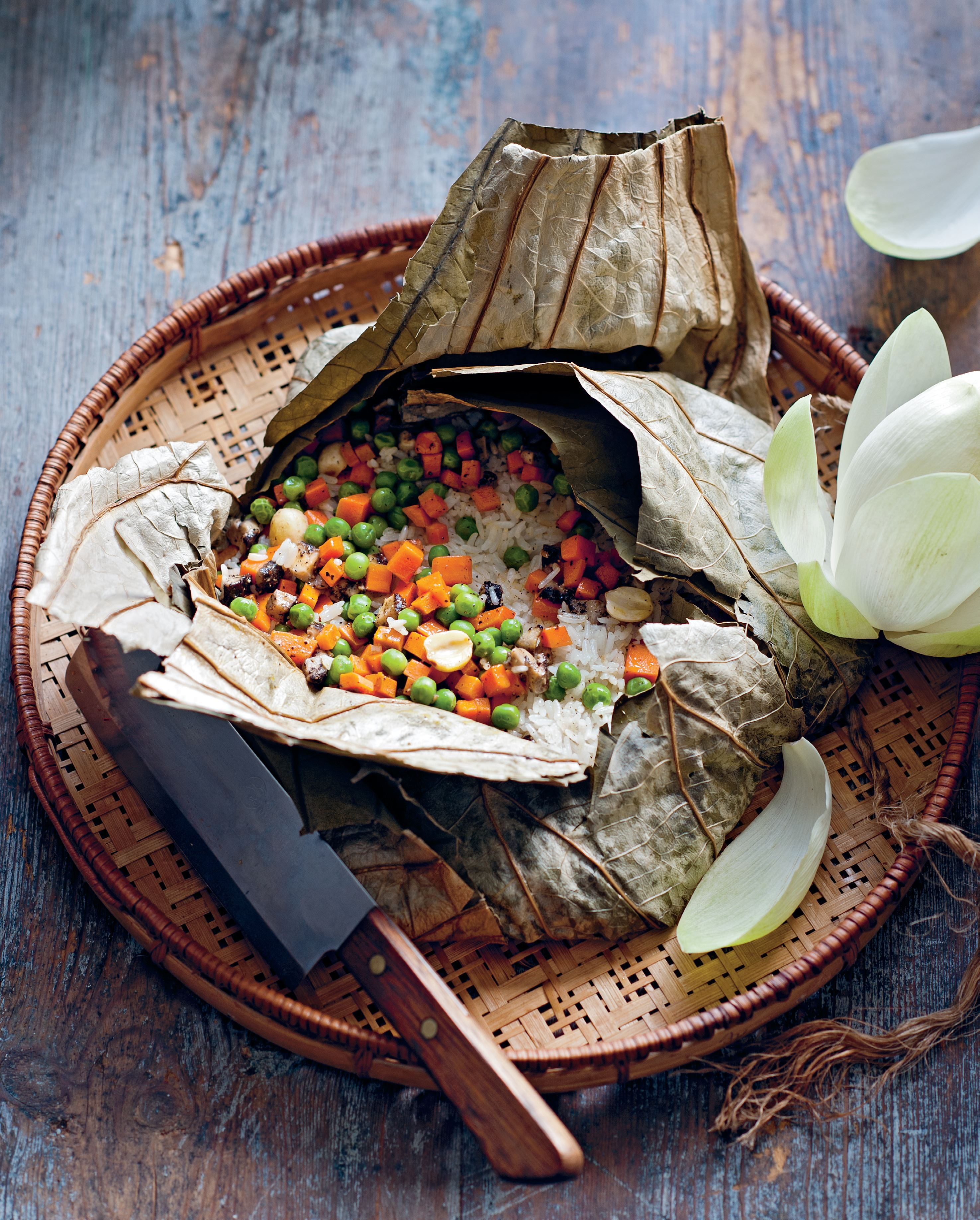 Pagoda rice steamed in lotus leaf