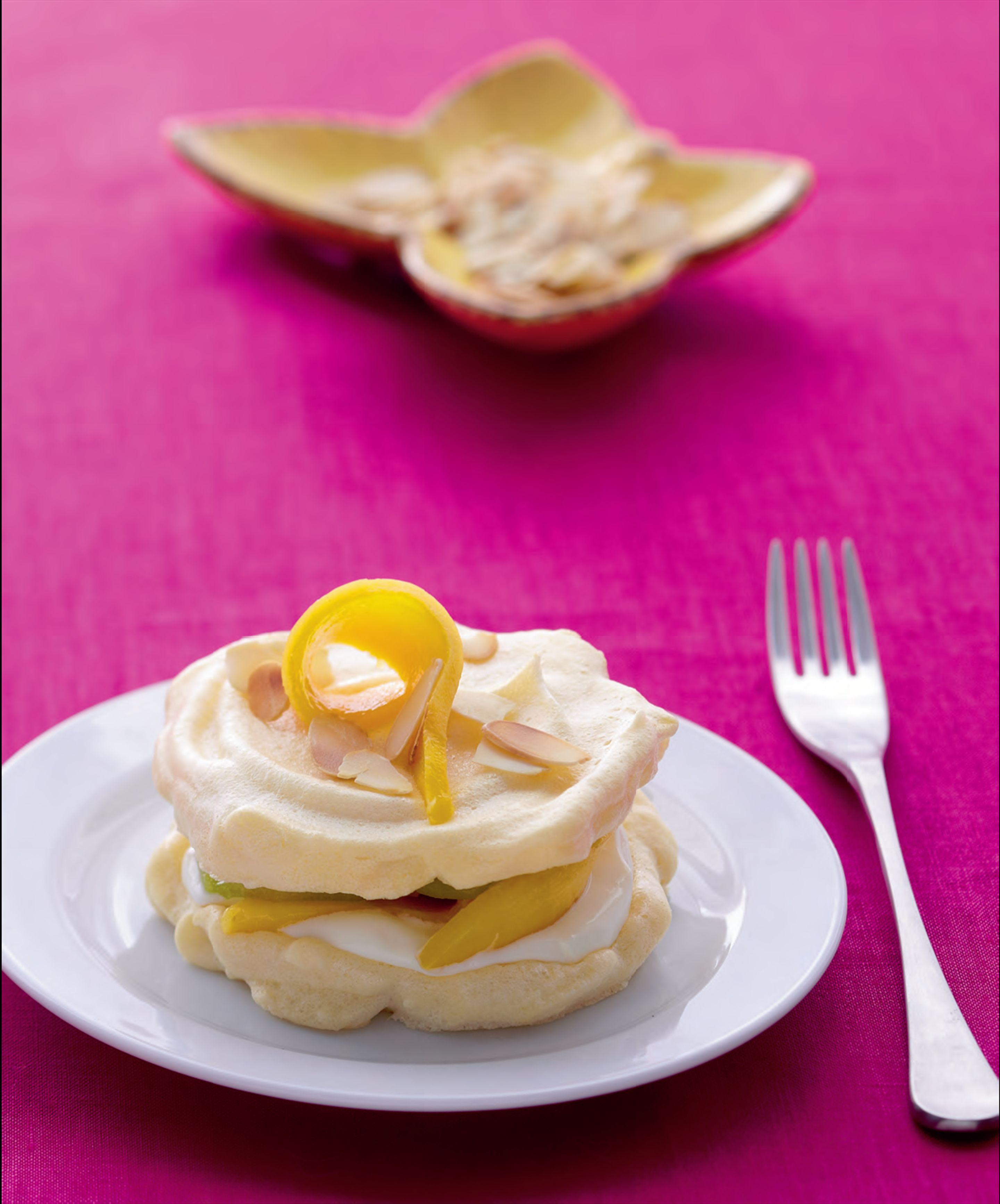Meringues with mango and kiwi fruit