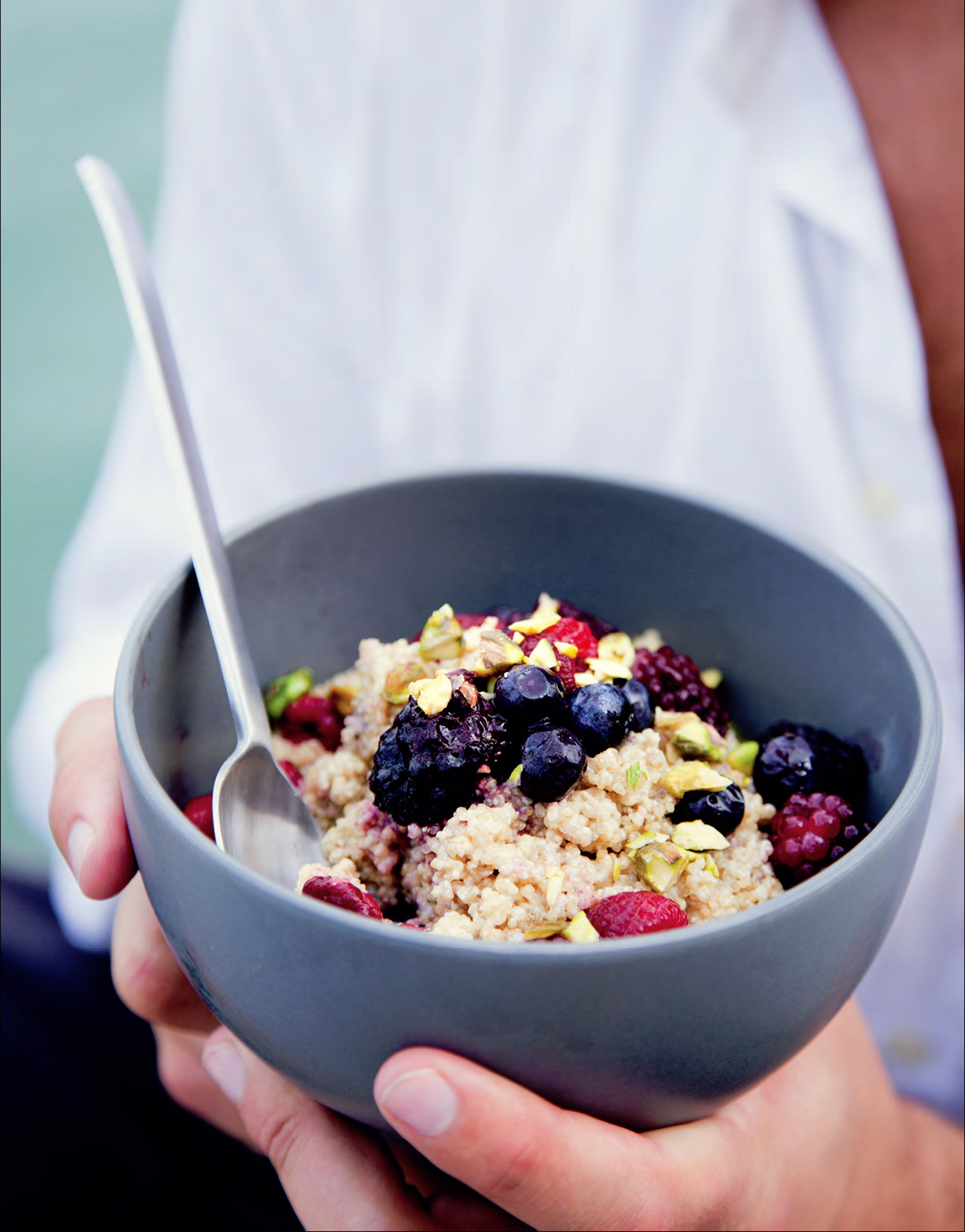 Quinoa porridge with spice and berries
