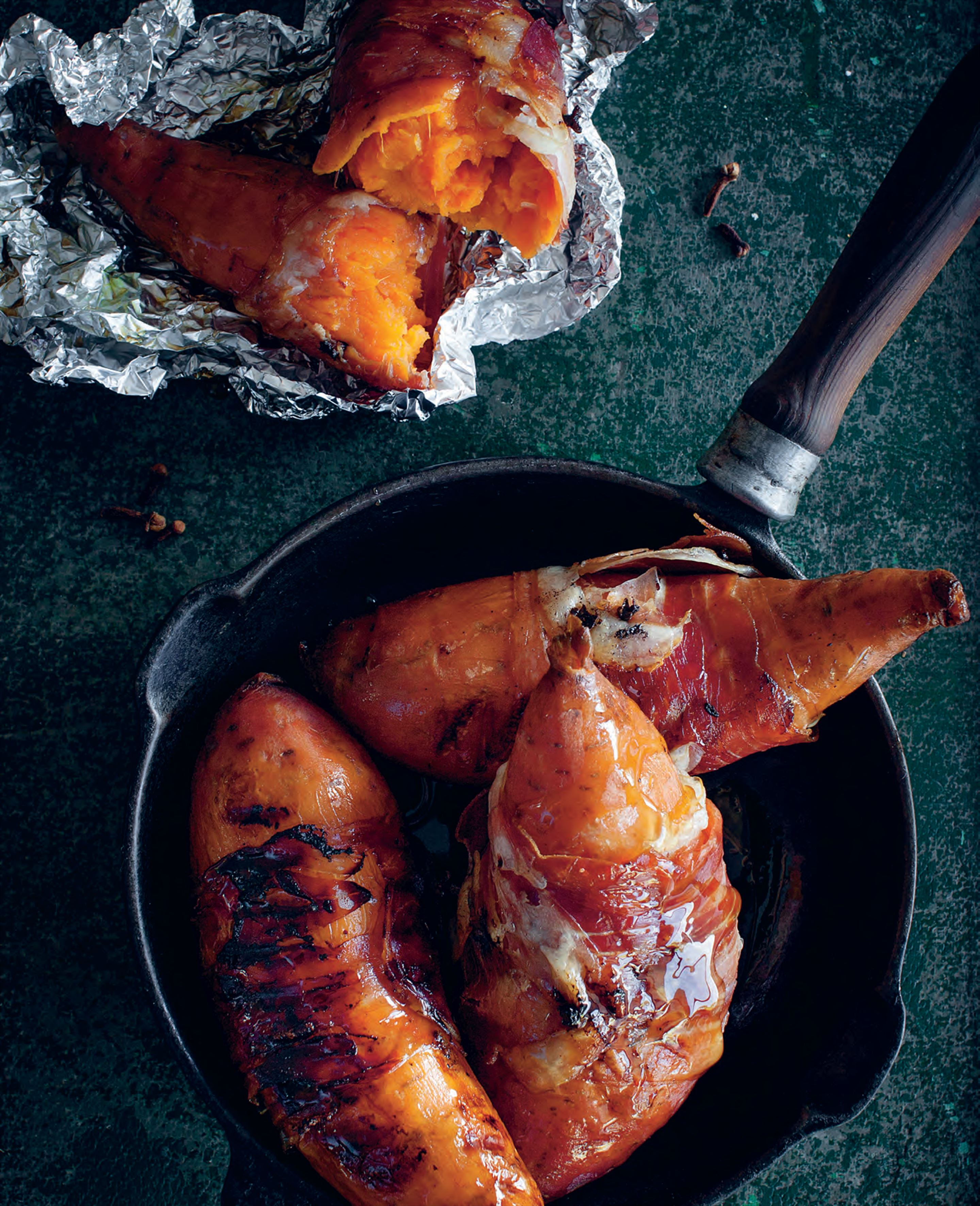 Baked sweet potatoes with speck, cloves and maple syrup