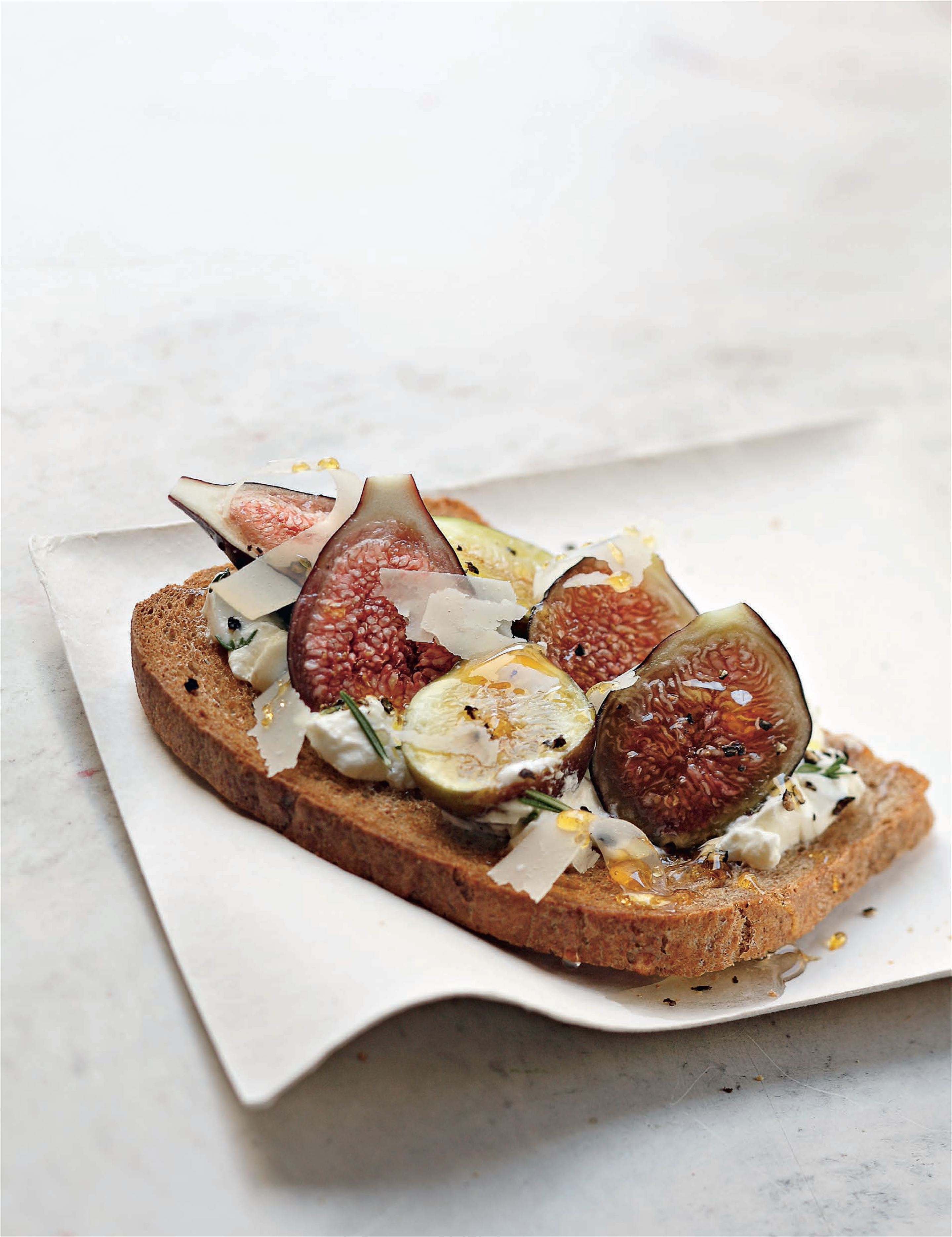 Sheep's curd, fig and honey tartines