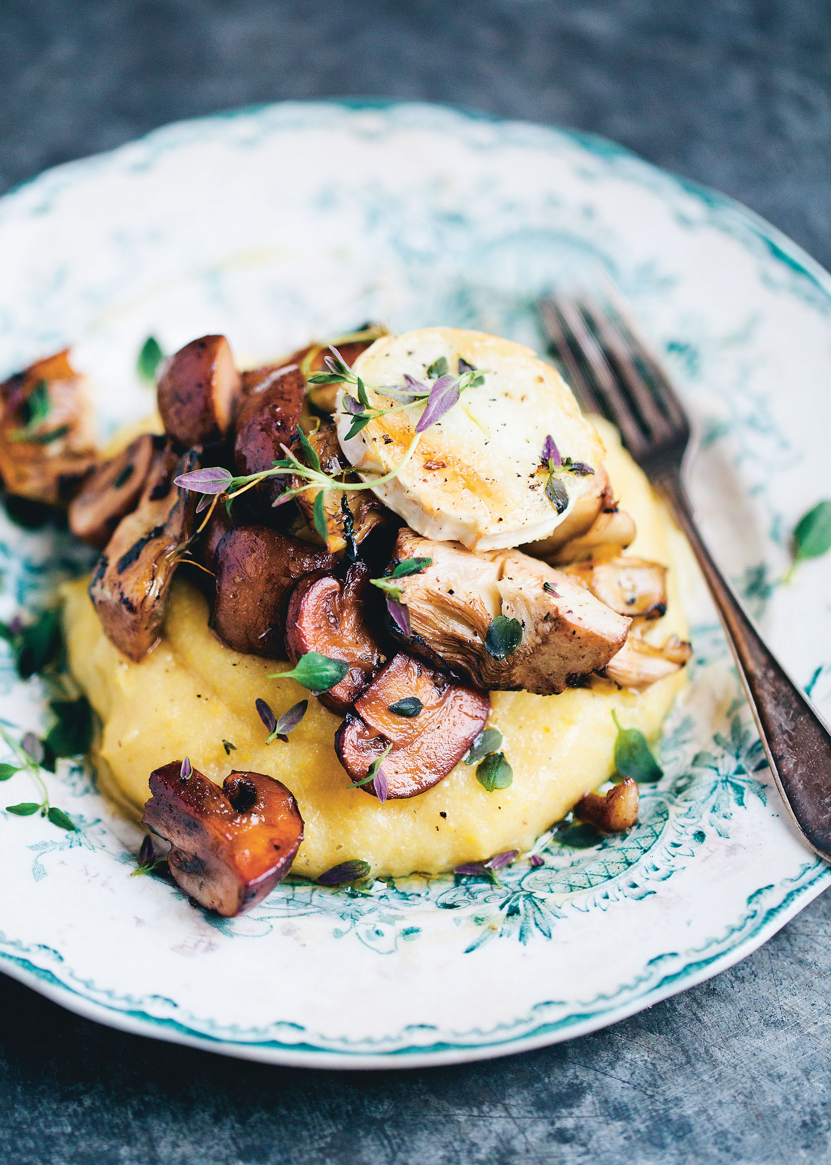 Creamy polenta with mushrooms and artichoke