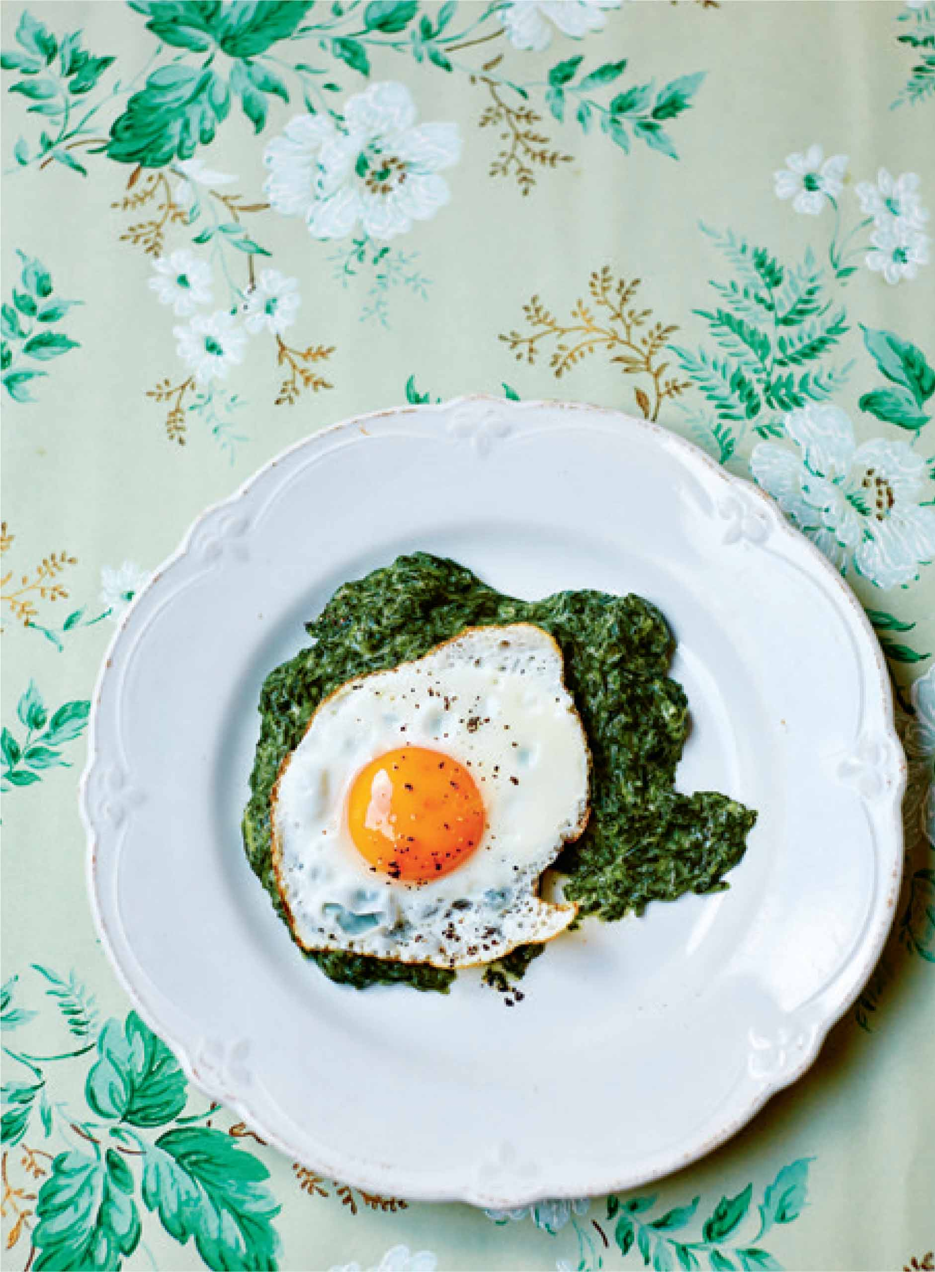 Creamy spinach puree with fried egg