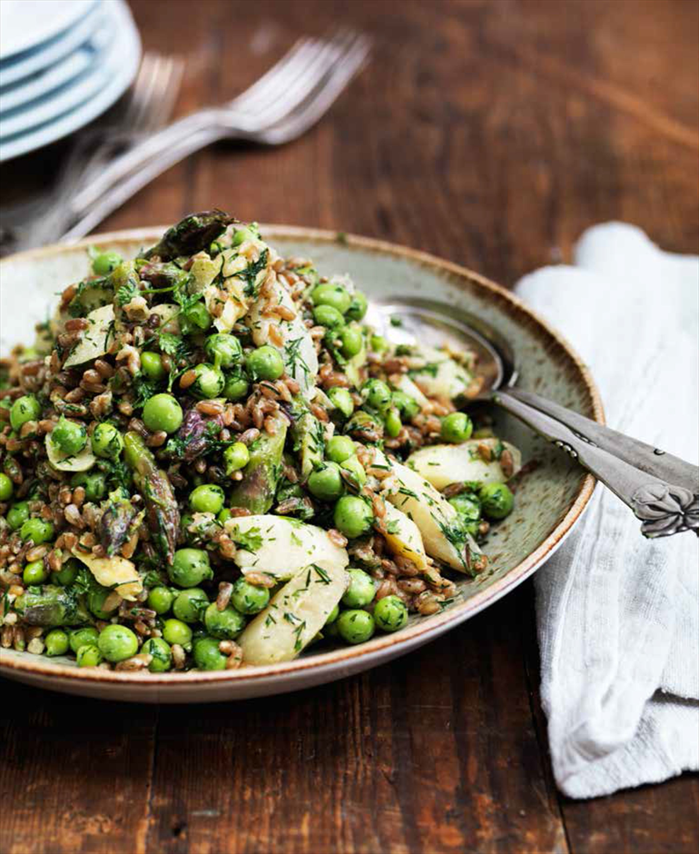 Spring rye grain salad with asparagus, peas and dill