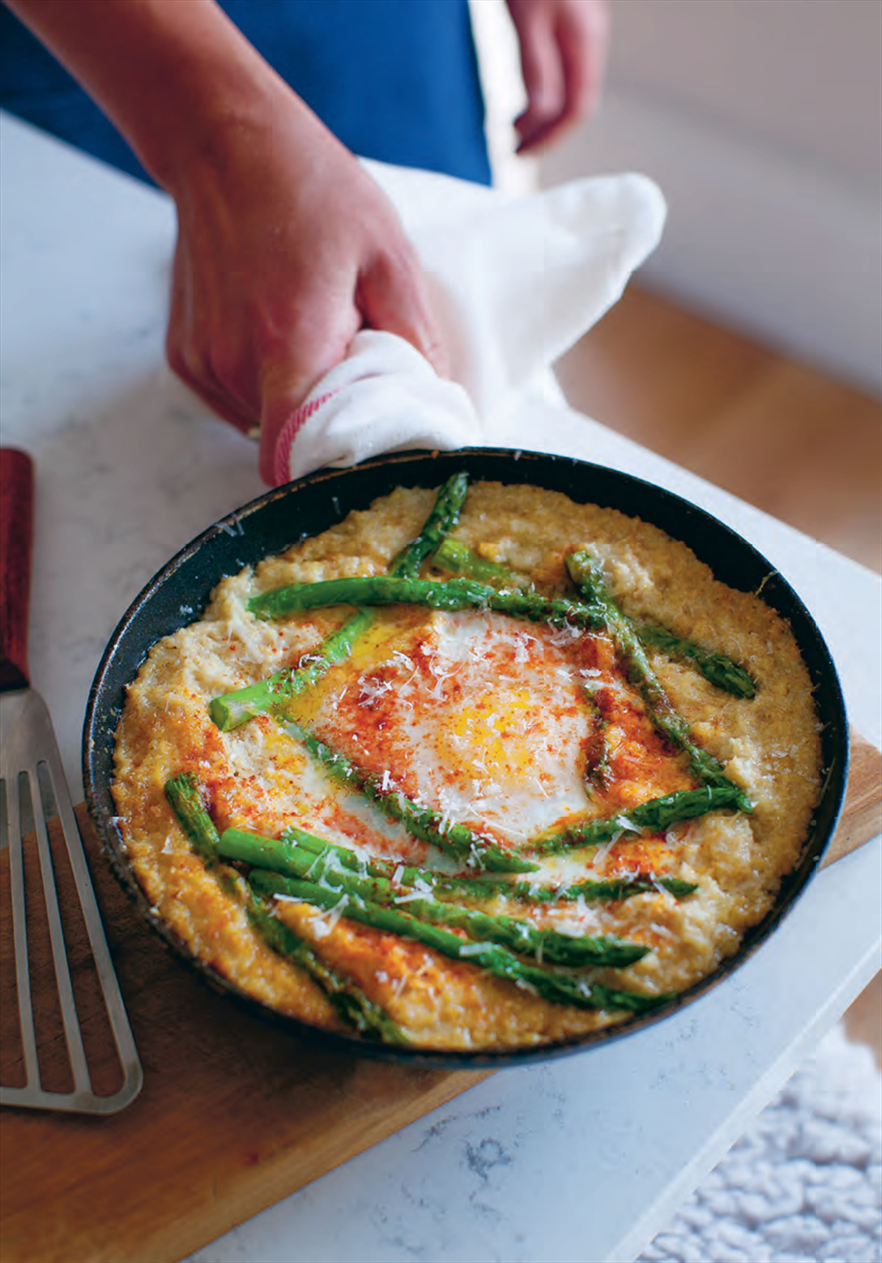 Baked oatmeal with eggs, asparagus and pimentón